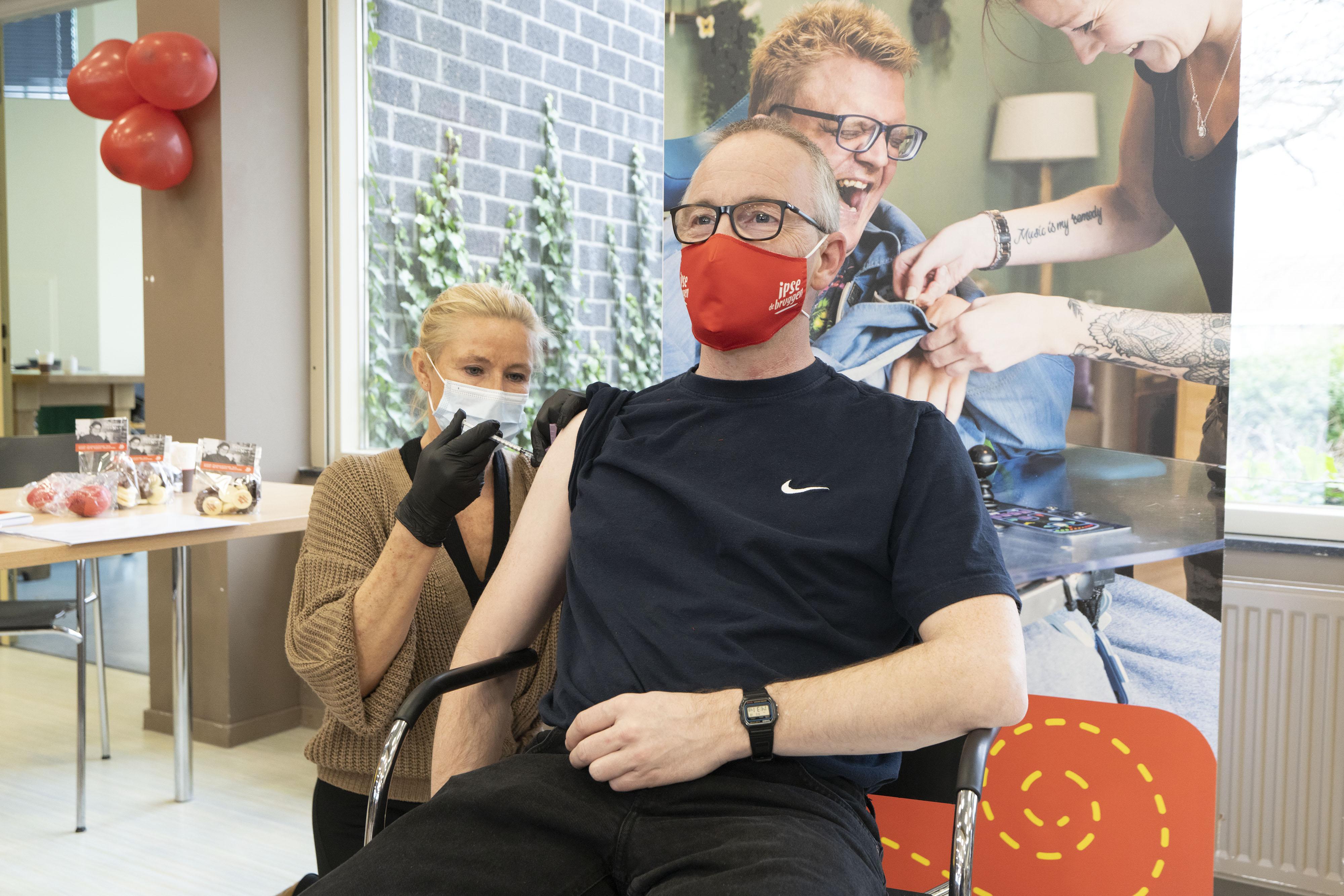 Eerste coronaprik voor verstandelijk gehandicapten Ipse de Bruggen: 'Wat ik doe als alles weer mag? Een kopje koffie drinken bij de Hema!' [video]