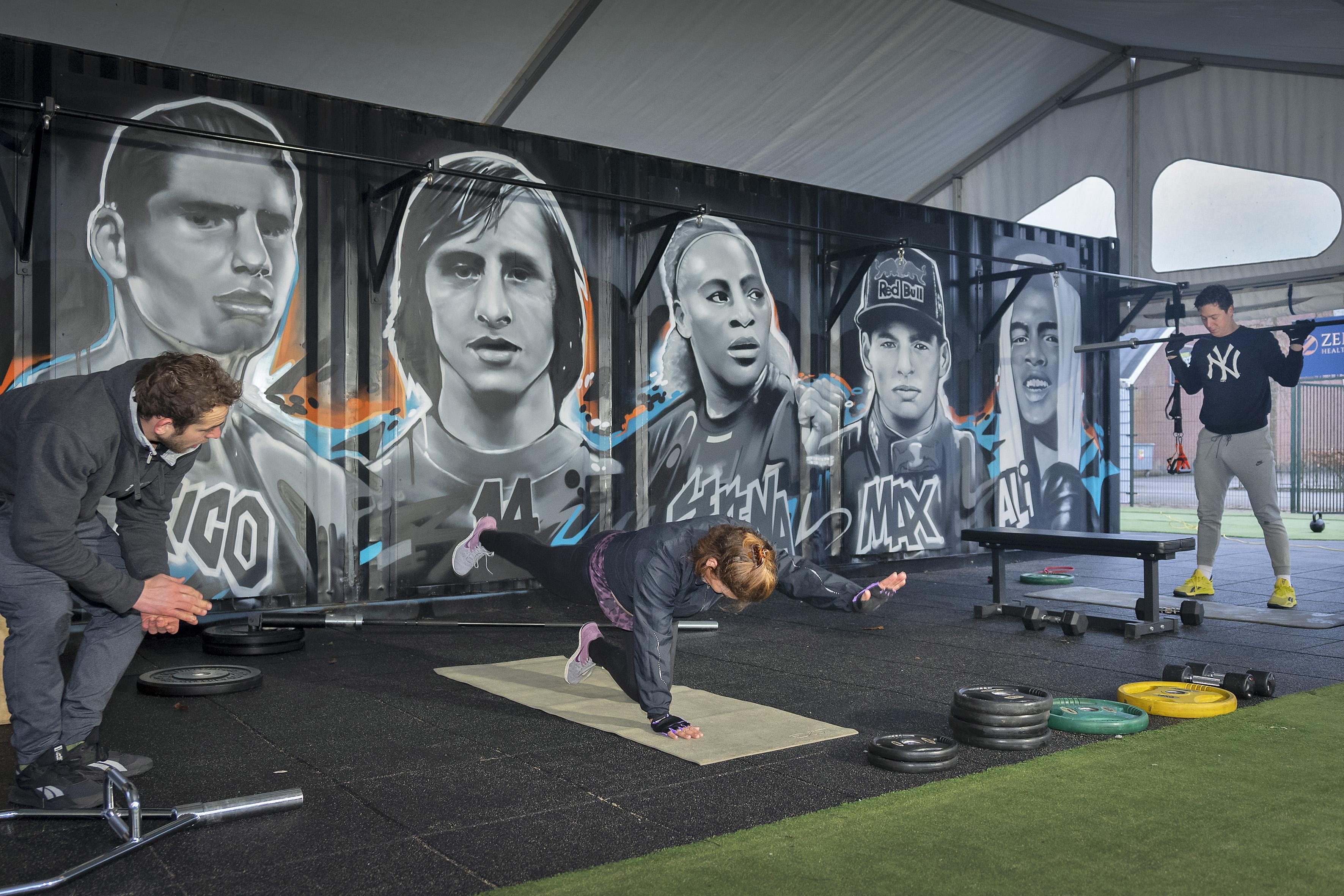 Planken terwijl Rico Verhoeven toekijkt, buitensportschool in Overveen geopend