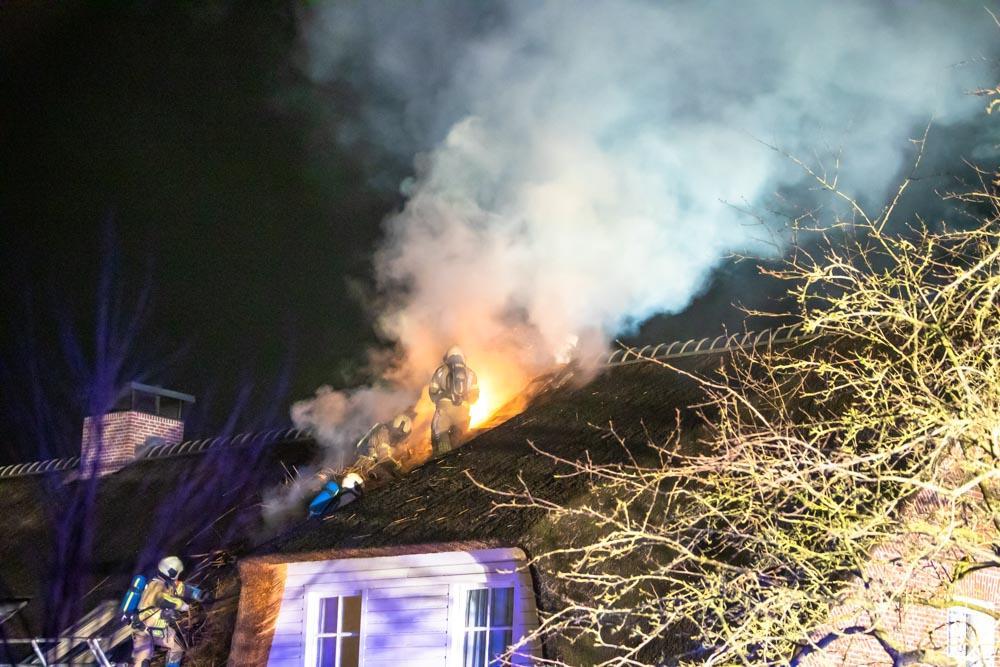 Schoorsteenbrand vindt zijn weg naar rieten dak in Eemnes: brandweer schaalt op [update]