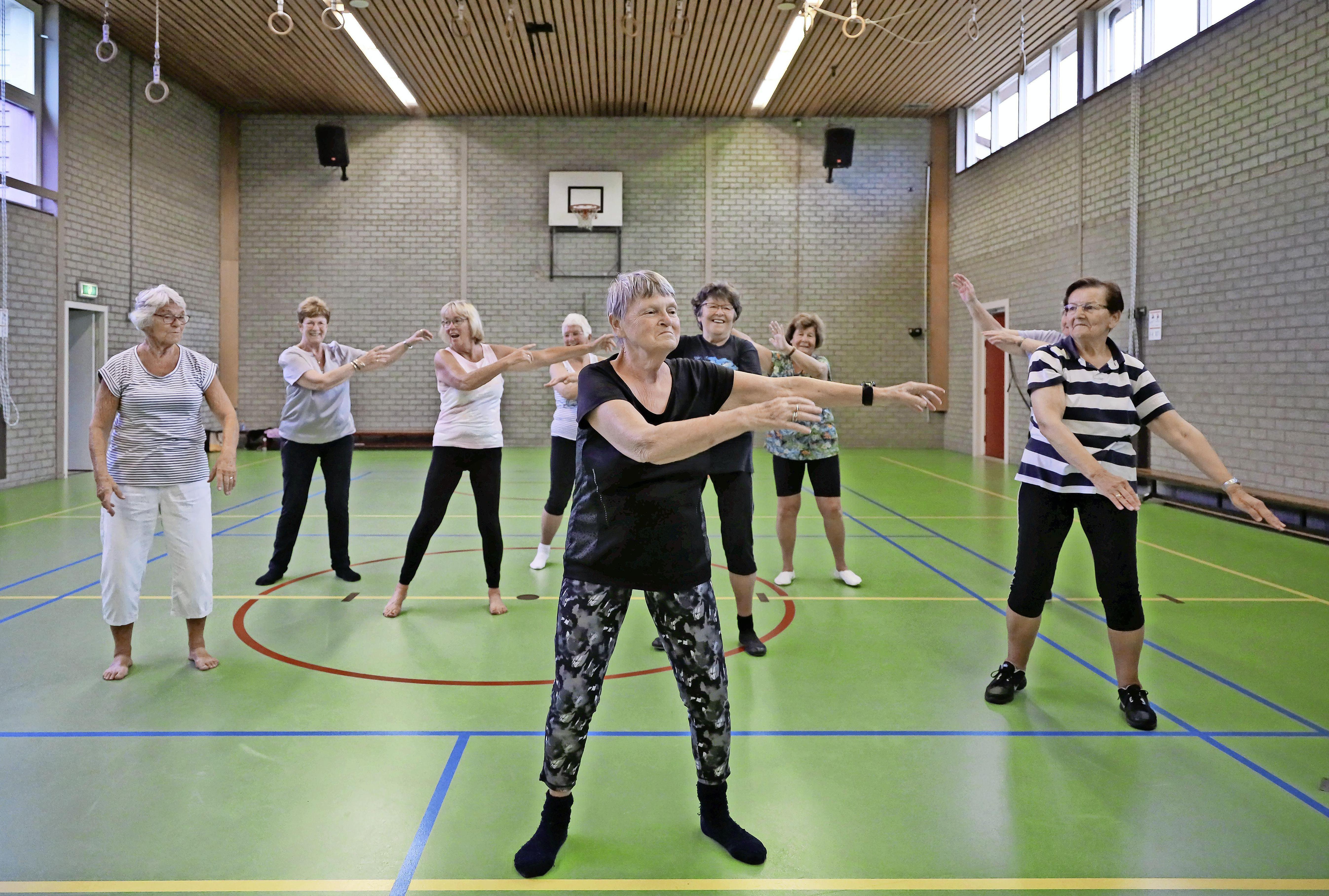 Margriet Stapel (79) stopt na dik halve eeuw gymles geven in Wijdenes: 'De meiden zijn nu ook rond de tachtig'