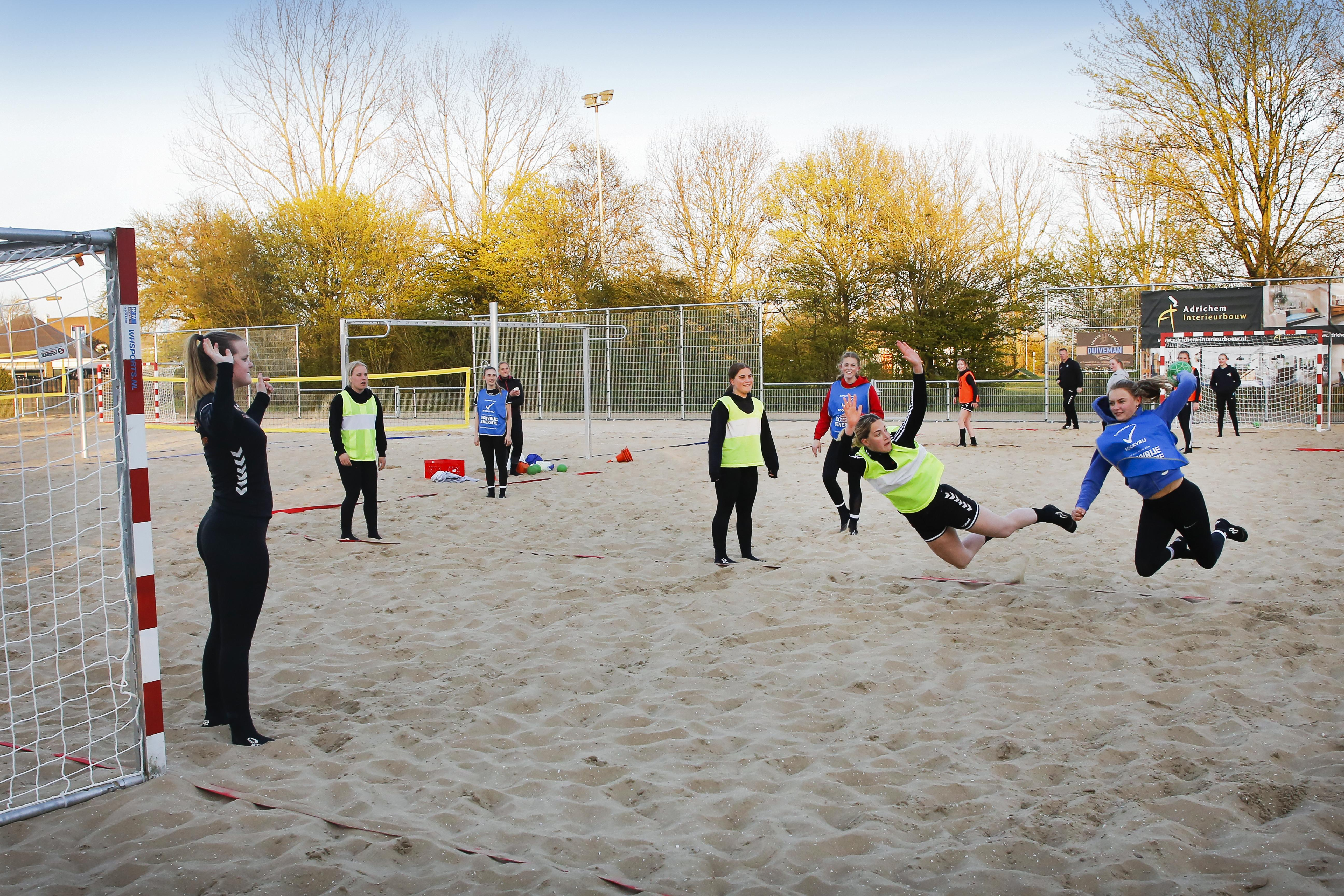 De ballen worden met een pirouette in het doel gegooid; dat levert extra punten op bij beachhandbal. DSS is blij met het nieuwe multifunctionele 'strandcomplex'