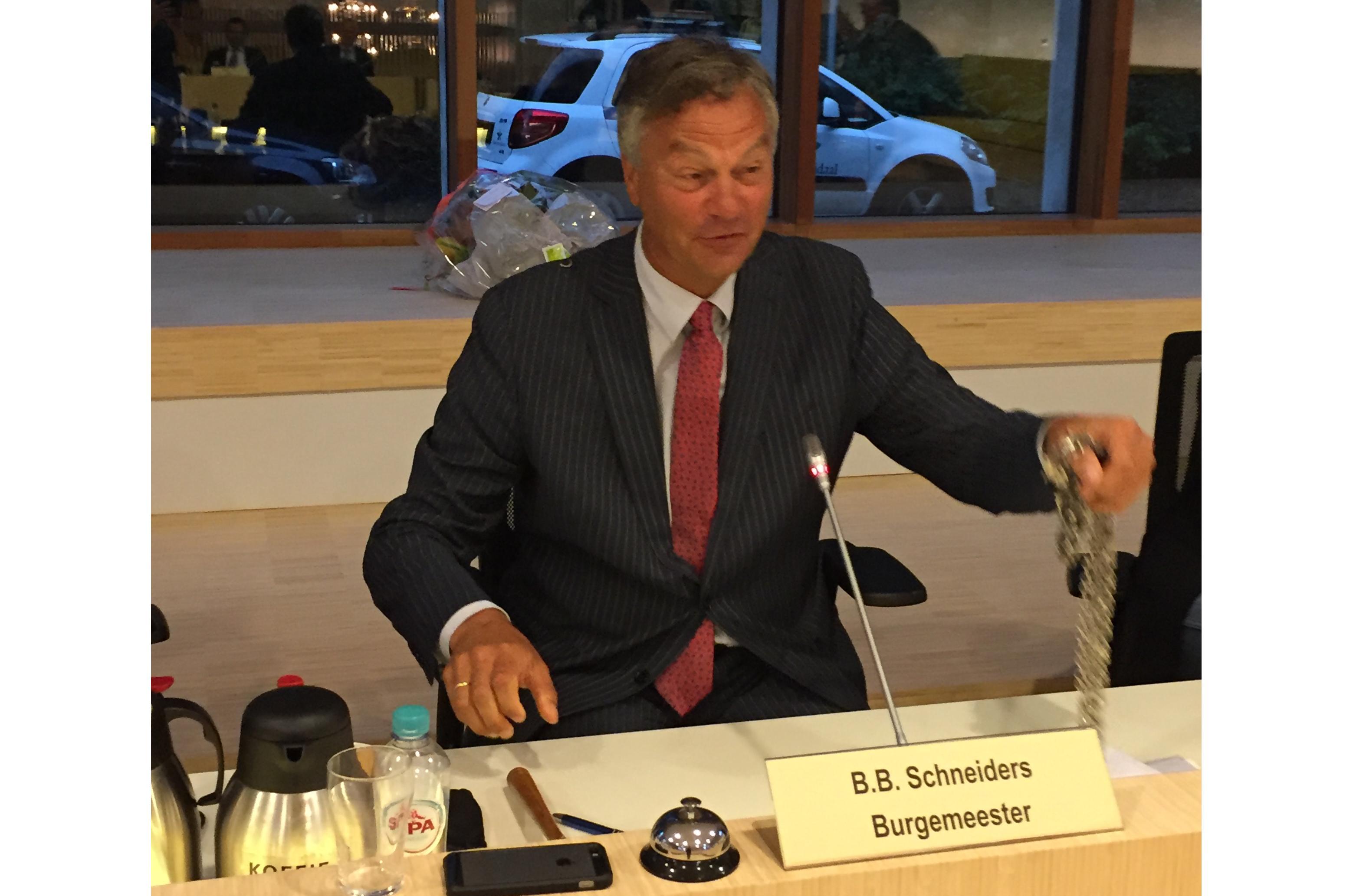 Bernt Schneiders legt ambtsketen Bloemendaal neer