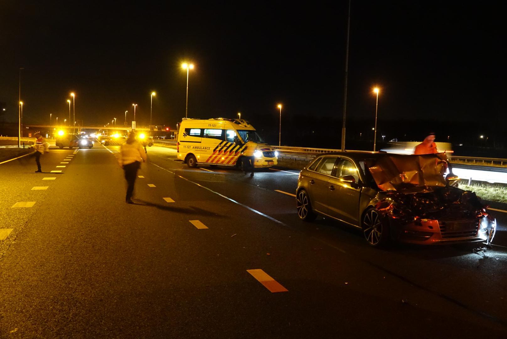 Auto klapt op vrachtwagen bij Wijdewormer (A7); bestuurder naar ziekenhuis
