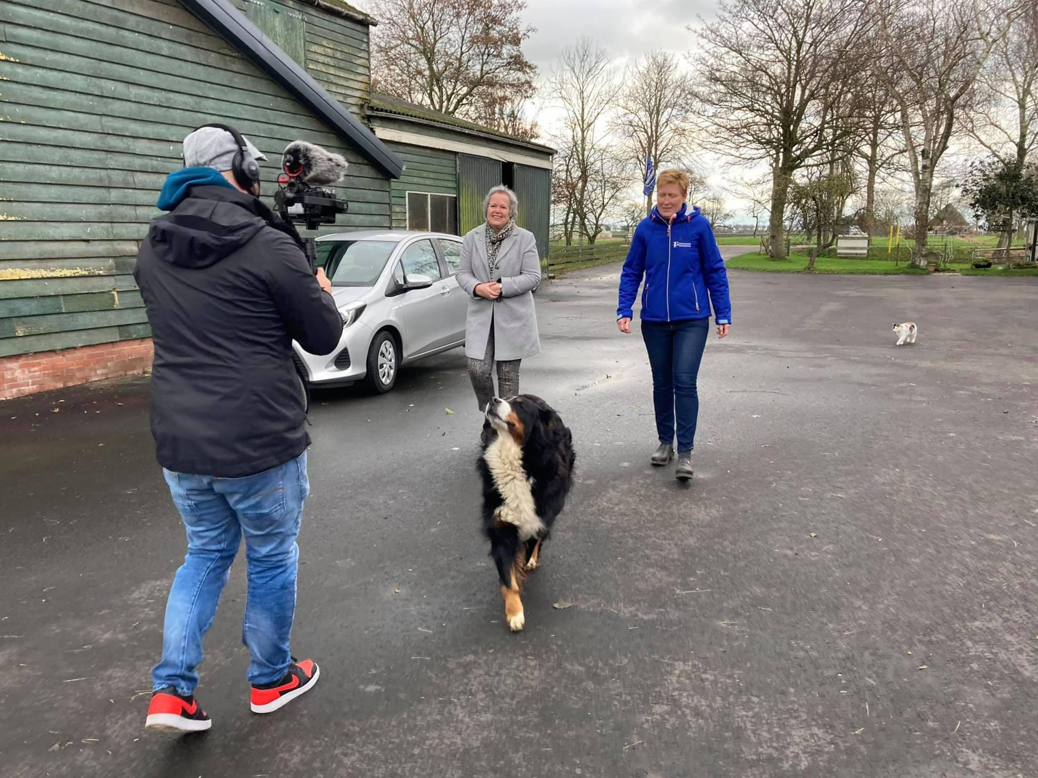 Op zoek naar lichtpuntjes in sombere tijden: burgemeester Karen Heerschop van Beemster voor nieuwjaarsfilm op pad met camera en selfiestick