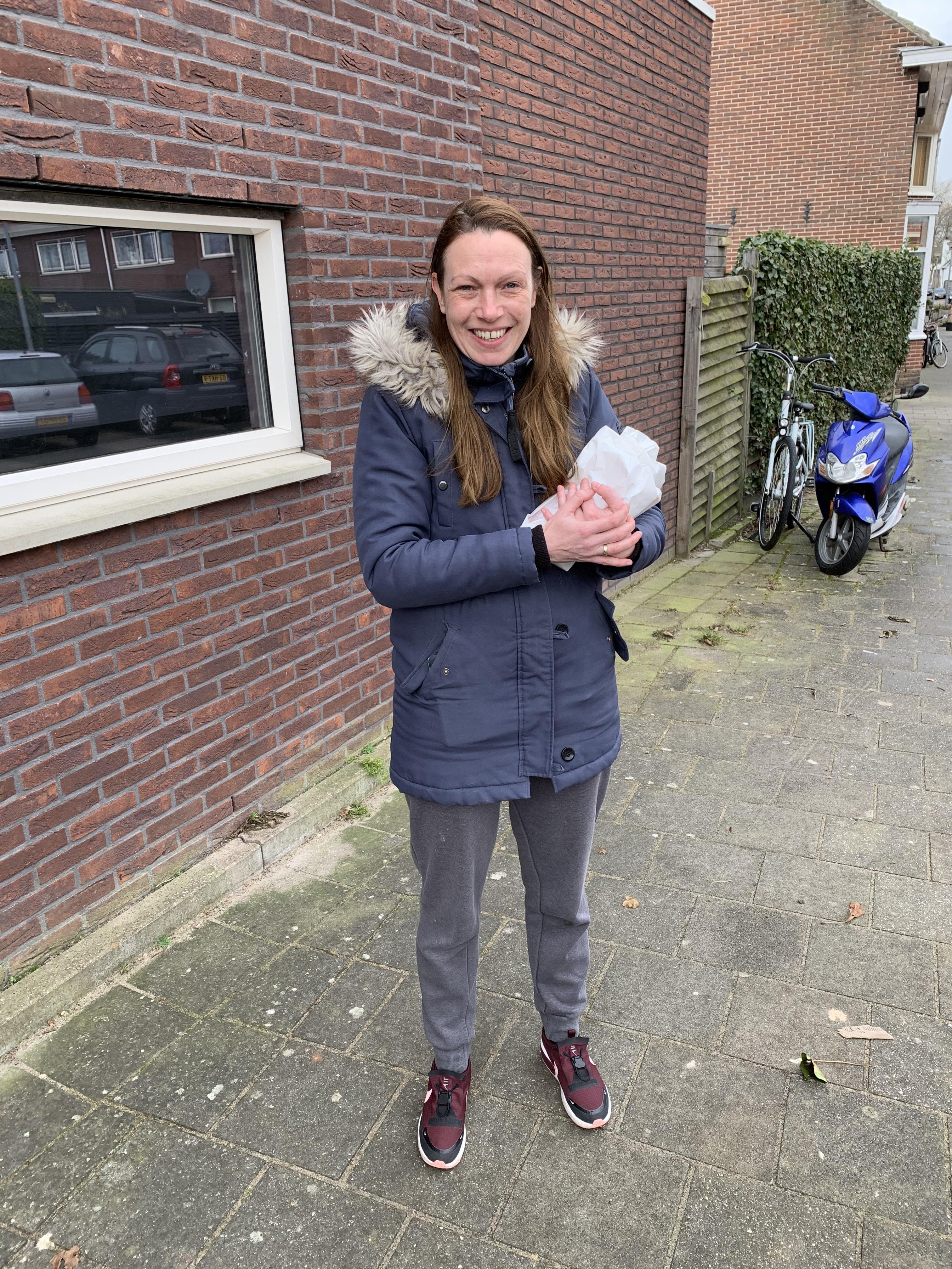 'Ik stemde niet, maar Rutte sleept ons zo goed door de coronacrisis heen'. De premier neemt Daniëlle op sleeptouw naar het stembureau