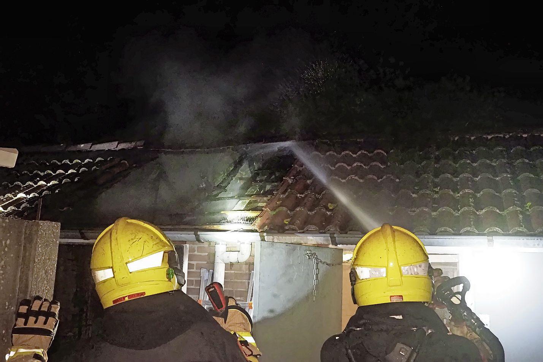 Schuur volledig uitgebrand in IJmuiden, vuur mogelijk ontstaan door kortsluiting