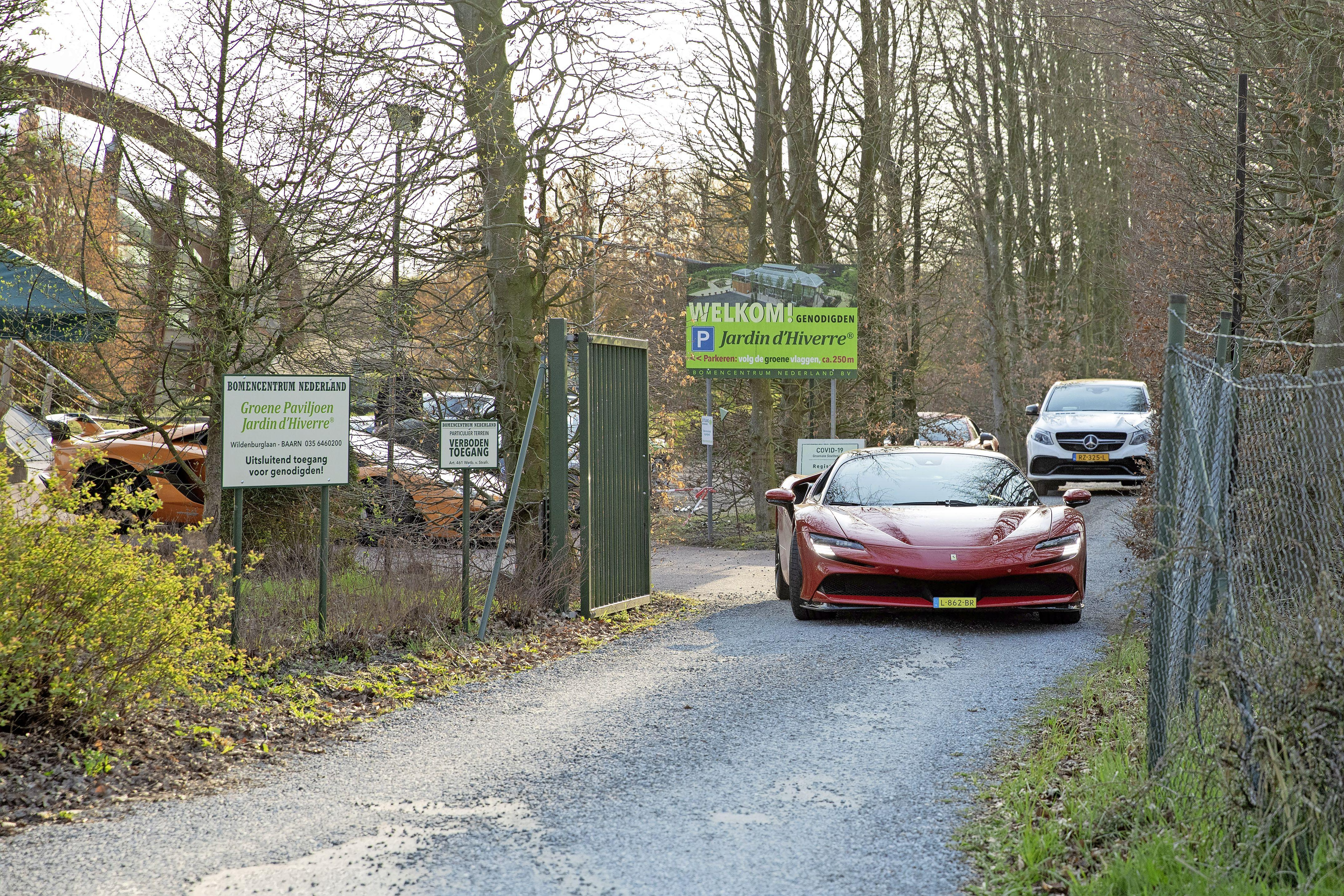 Boete voor evenement met dure, snelle auto's bij Bomencentrum Baarn; Coronamaatregelen niet nageleefd
