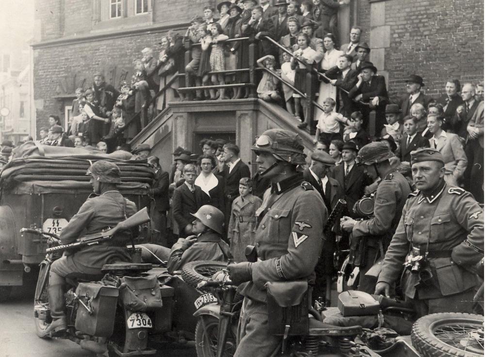 Foto van Duitse militairen op de Grote Markt geselecteerd voor herdenkingsproject