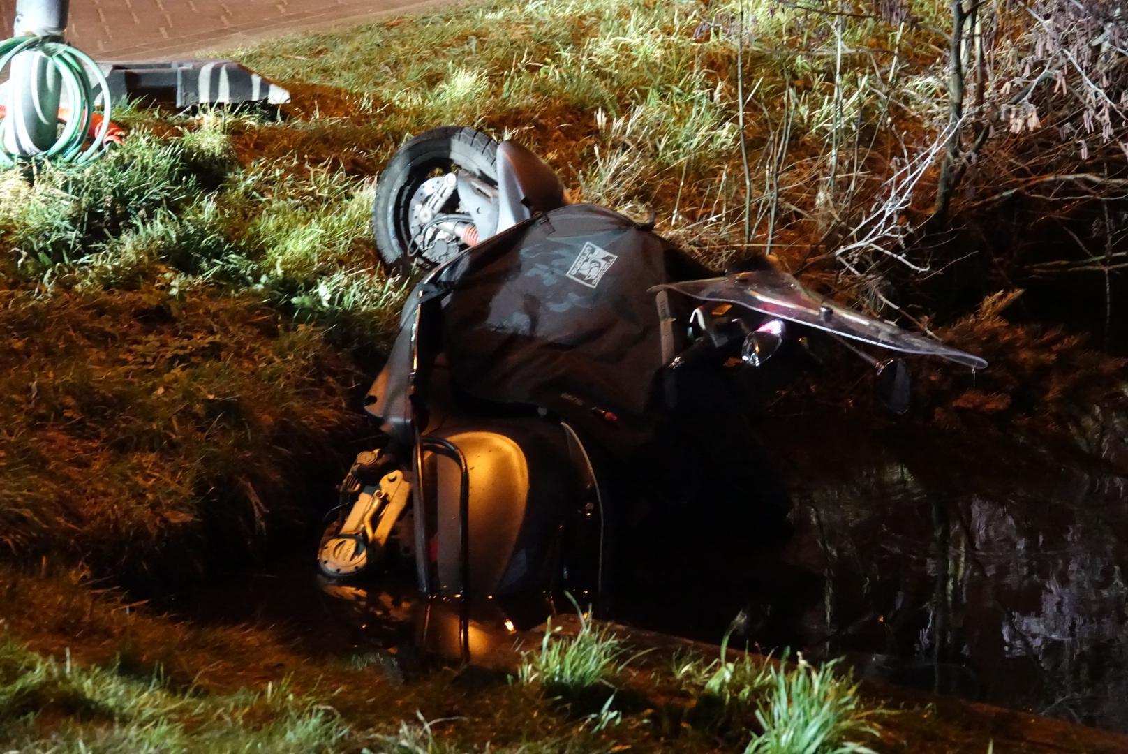 Scooter in de sloot bij ongeluk in Westzaan, bestuurder ernstig gewond