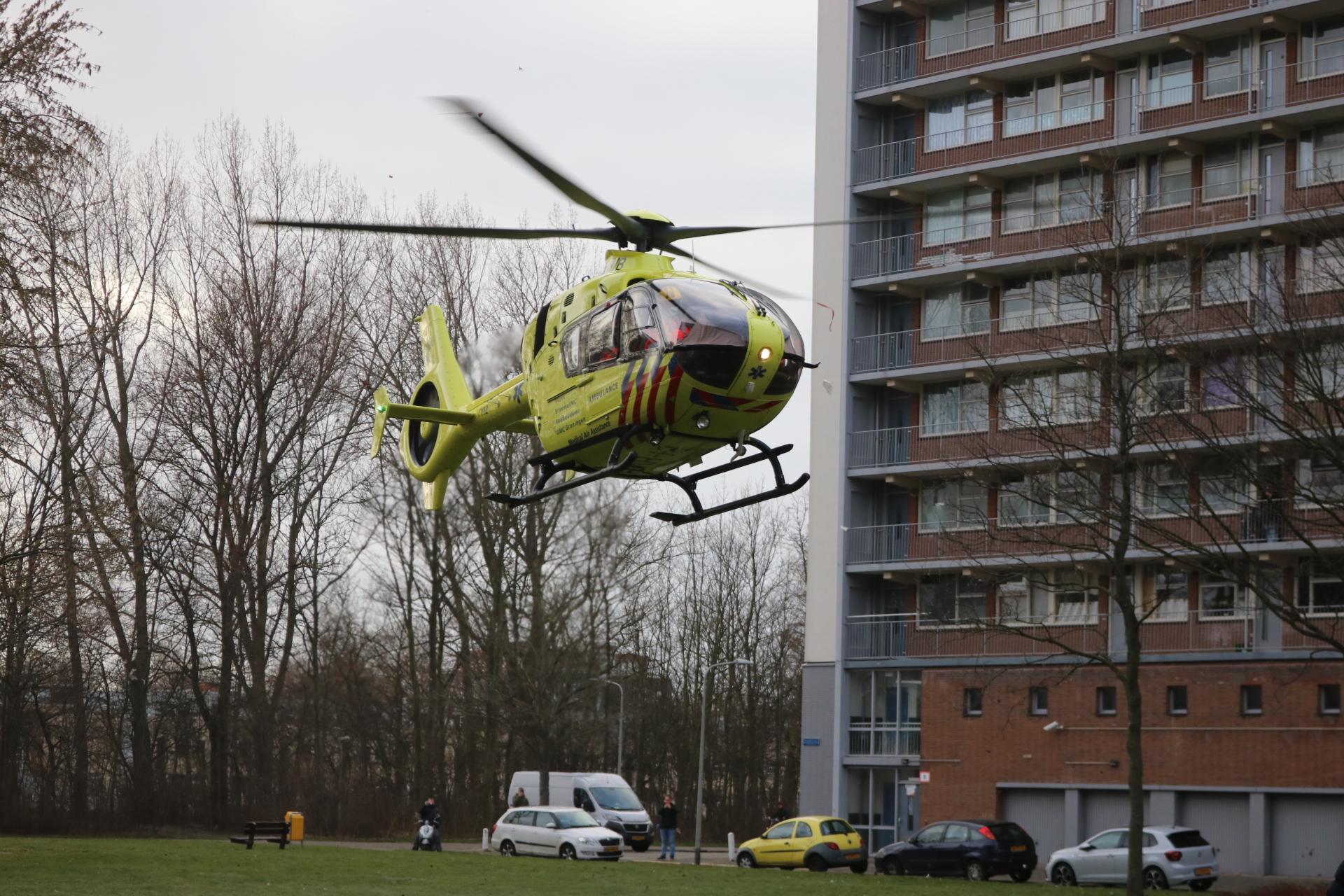 Jong slachtoffer ligt zwaargewond op straat in Katwijk; politie doet onderzoek