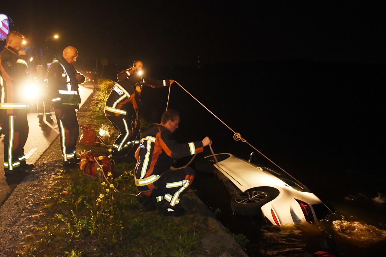 Auto in het water in Warmond, bestuurder spoorloos