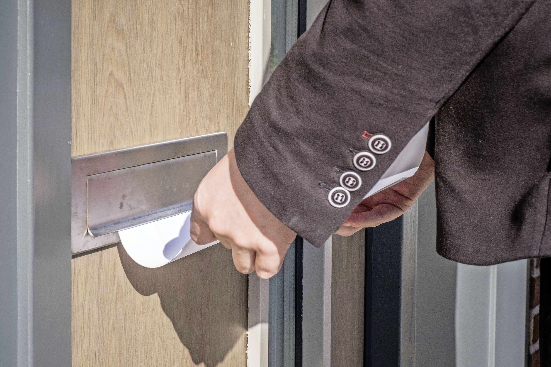 Oproep in de brievenbus: 'Kunt u mij aan een huis helpen?' Cowboys op de woningmarkt proberen een graantje mee te pikken. Wil de echte makelaar opstaan?