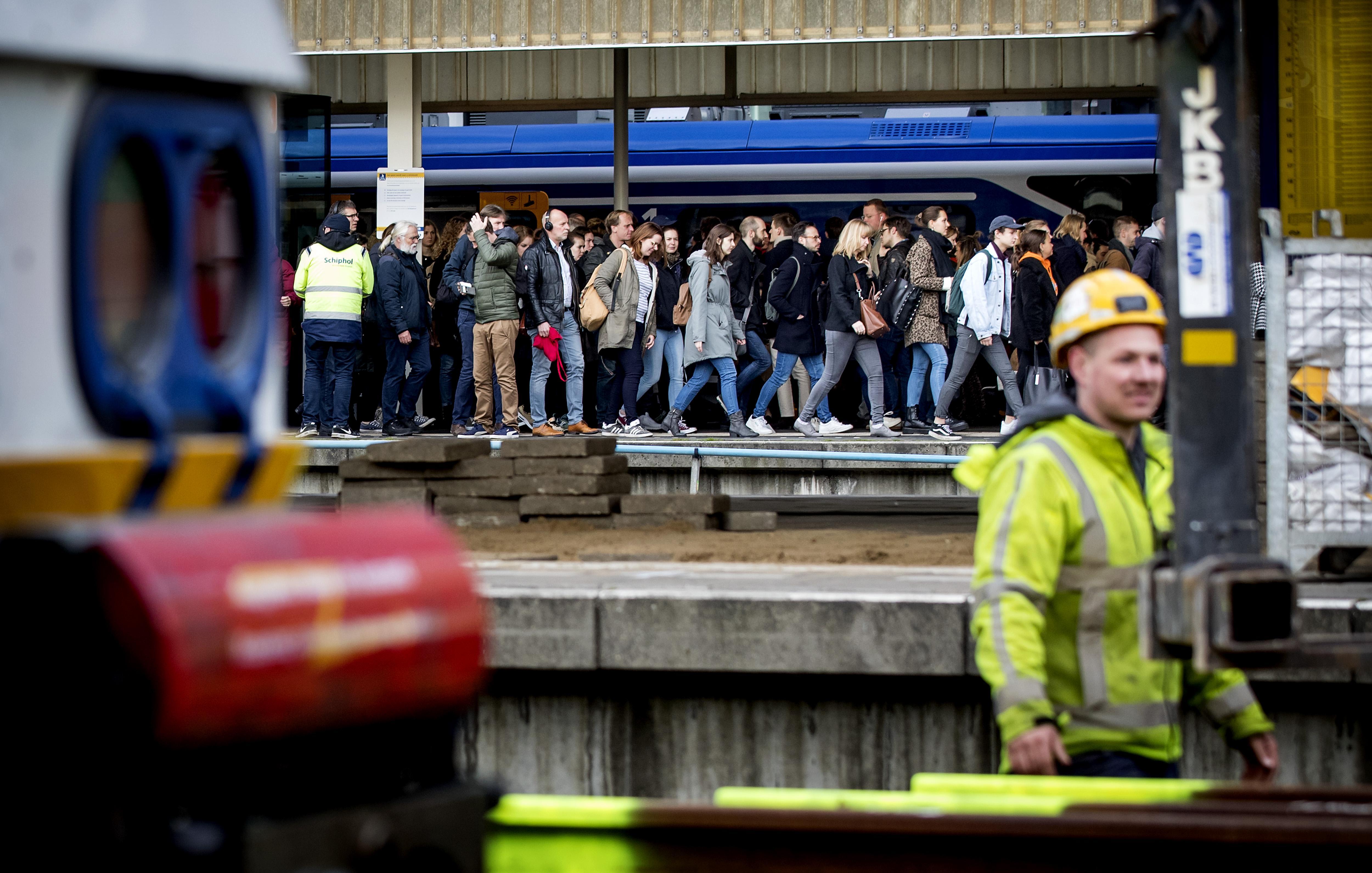 'NS moet reizigers compenseren voor spoorellende door werk Leiden'