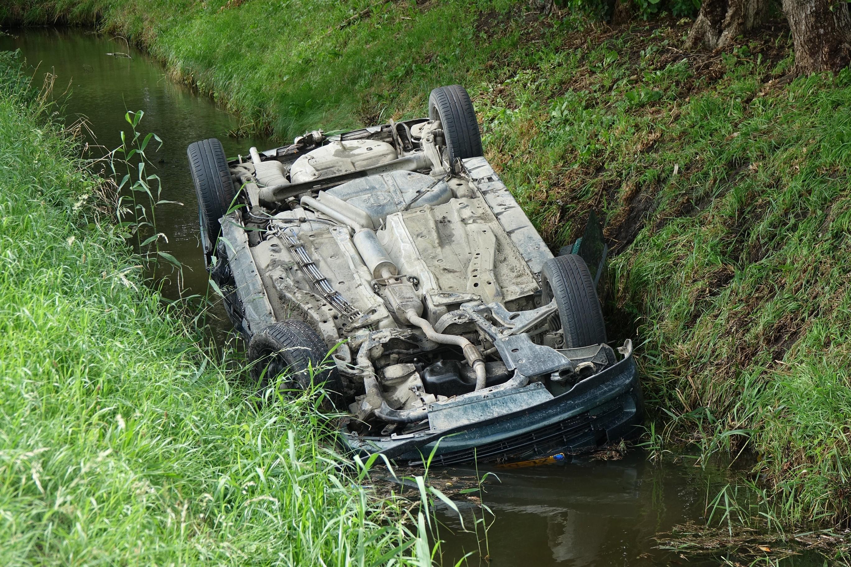 Auto raakt te water na botsing in Hem