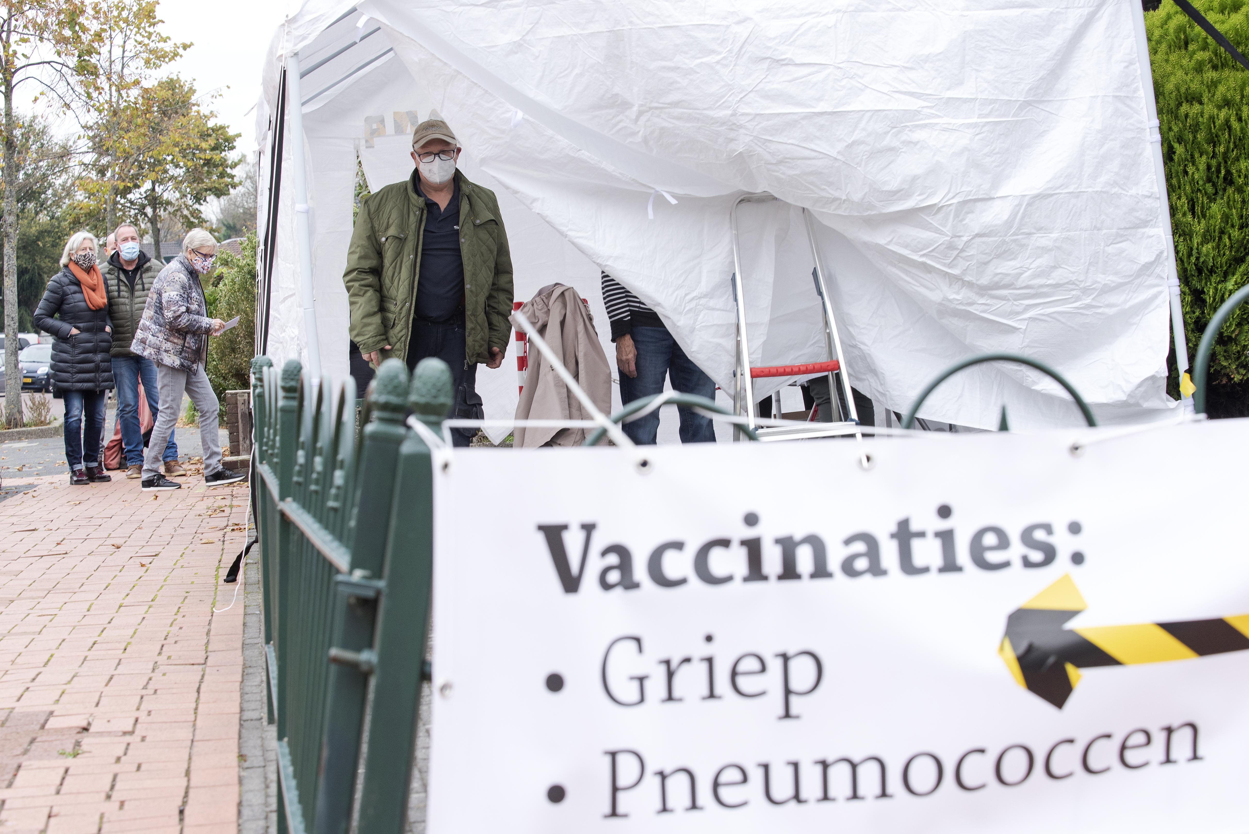 Huisartsenpraktijk te klein voor de griepprik. In Velsen-Noord staat een tent voor de vaccinatie