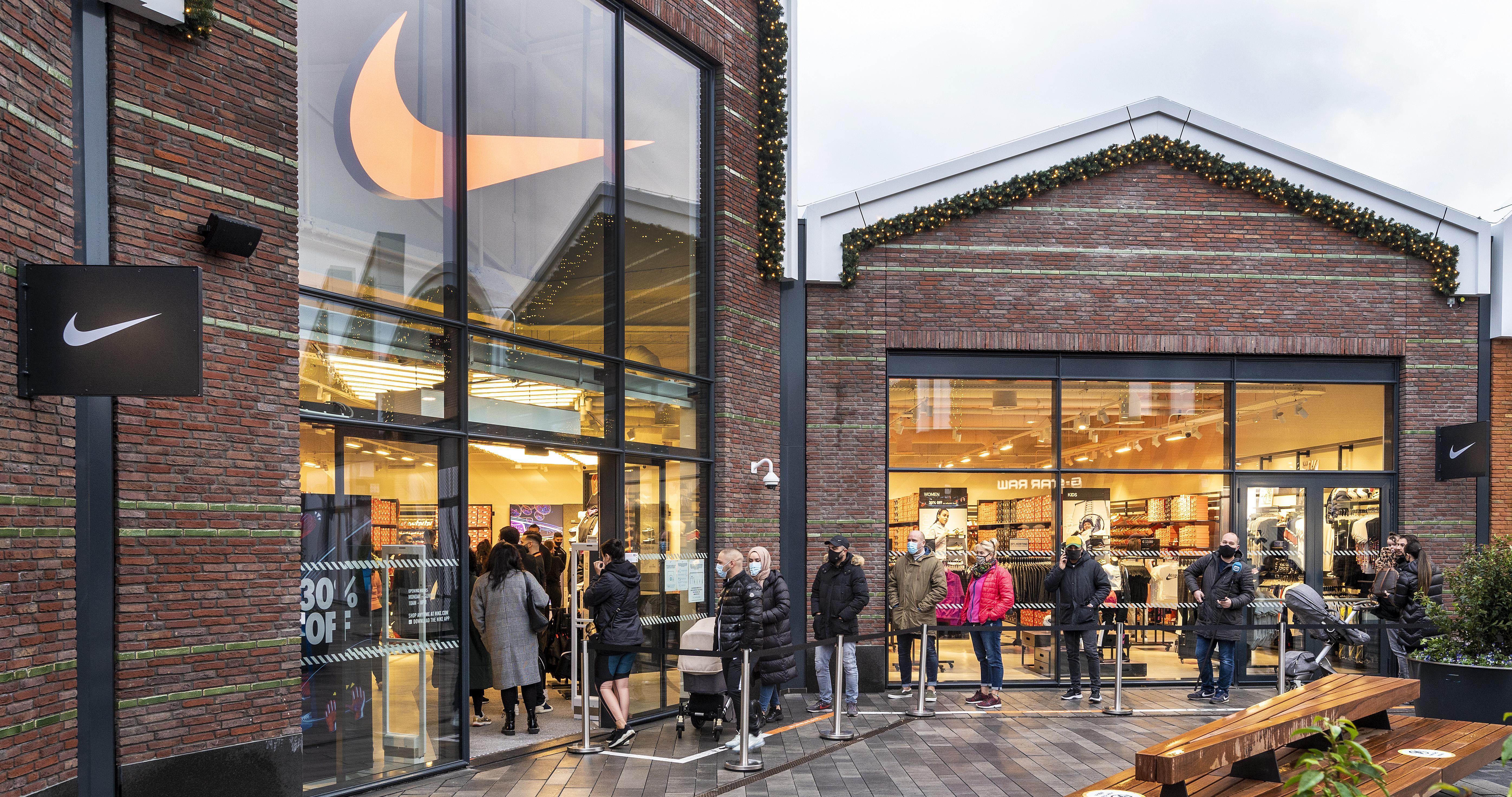 Nieuwe outlet in Halfweg sluit tijdelijk de deuren: 'Er zijn nu tweeduizend mensen, meer bezoekers binnenlaten is niet veilig'