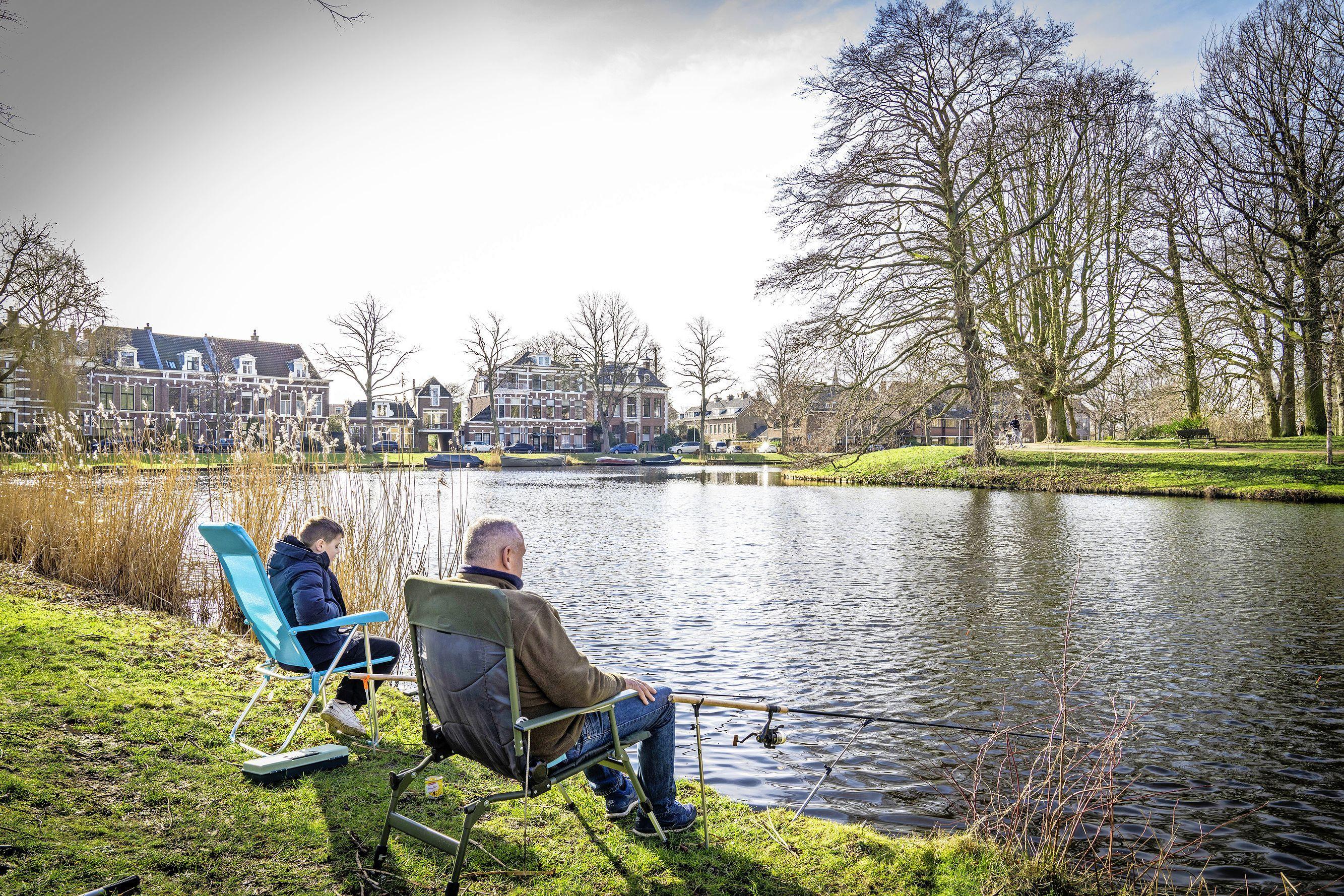 Geen schaatsers en ijs meer in centrum Leiden, maar vissers, zon en warmte