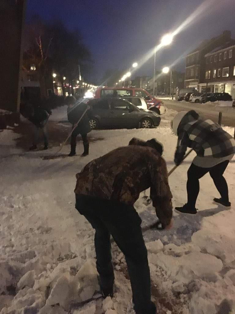 Bewoners Velsen-Noord maken stoep voor verzorgingstehuis schoon