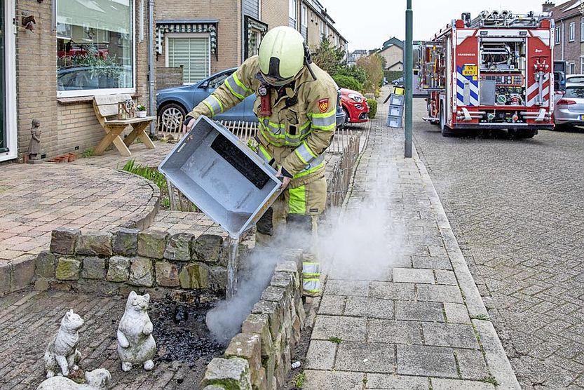 Schoorsteenbrand in Baarn per toeval ontdekt door achterburen, bewoners zelf totaal verrast toen brandweer kwam voorrijden