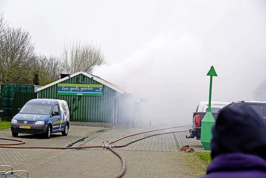 Schuur van recreatiebedrijf uitgebrand in Hippolytushoef; meerdere brandweereenheden ter plaatse