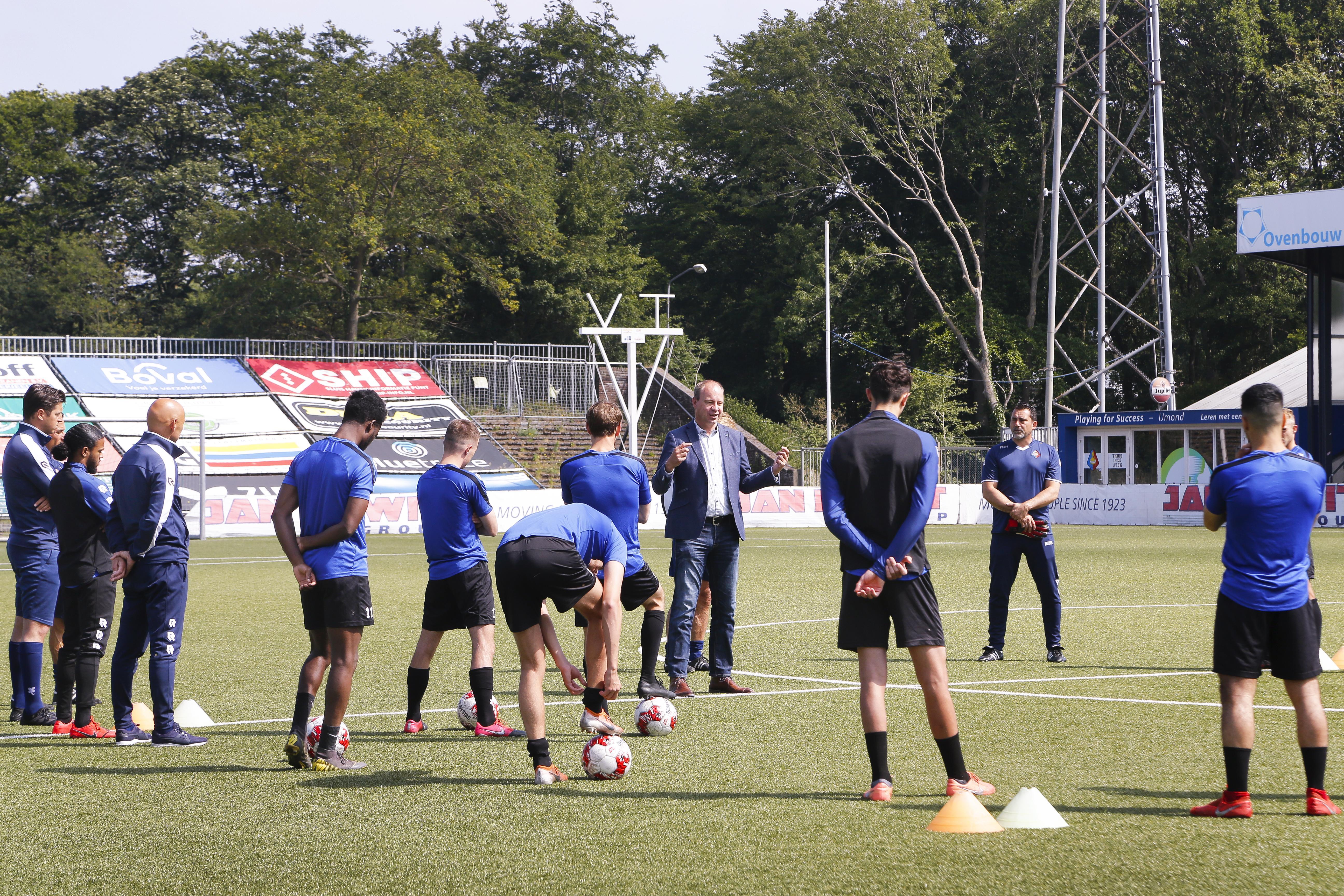 Wethouder Diepstraten steekt spelers en staf Telstar hart onder de riem: 'Ik weet hoe het voelt om niet te kunnen spelen op hoog niveau'