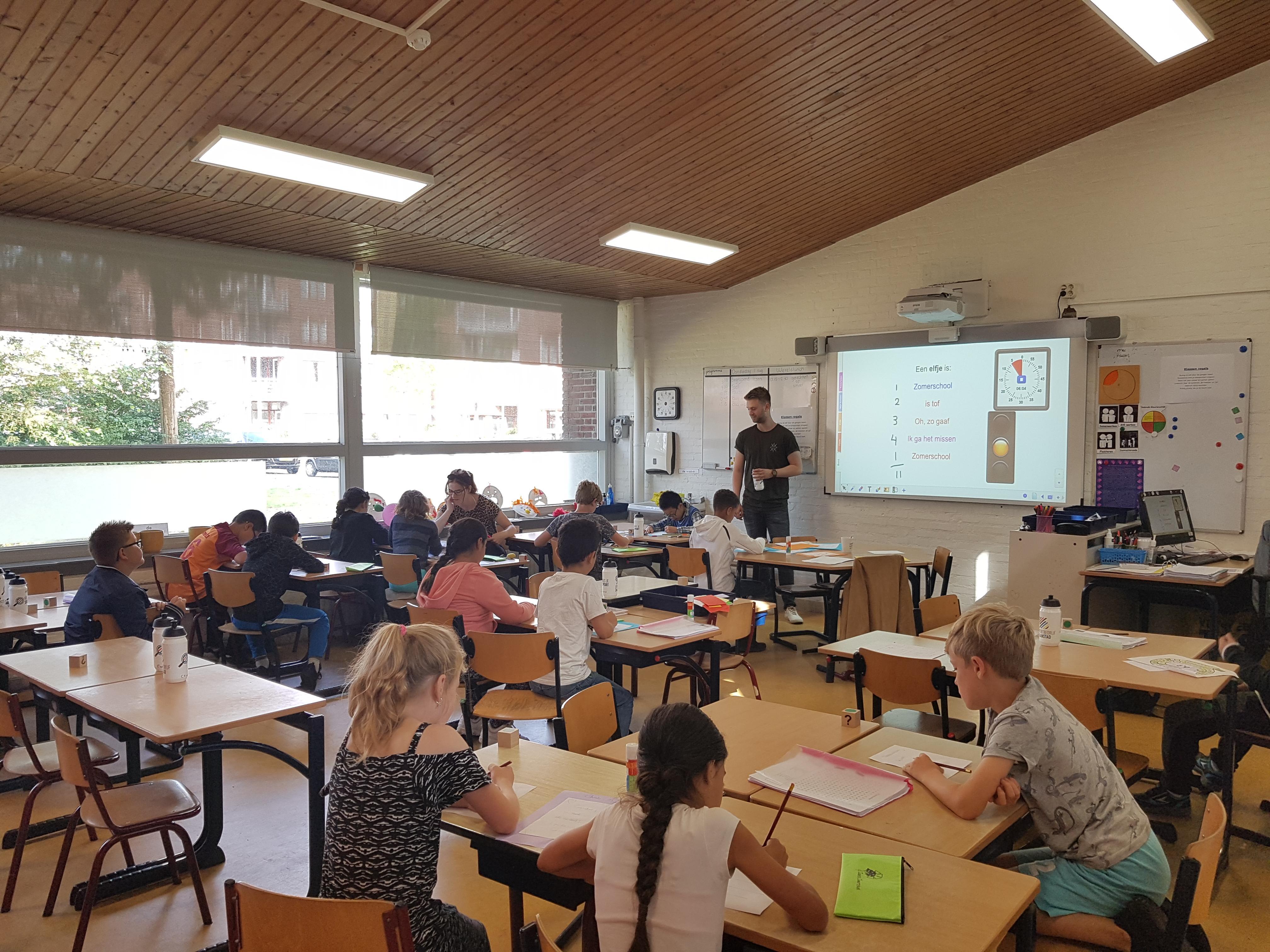 Zomerschool, vakantie vieren in klaslokaal