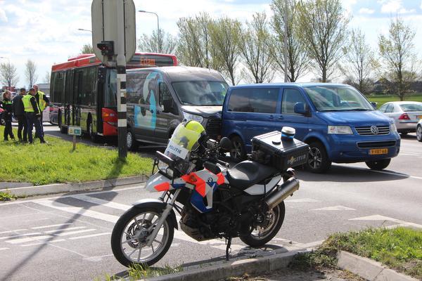 Gewonden bij ongeval met bestelbusjes en lijnbus in Monnickendam