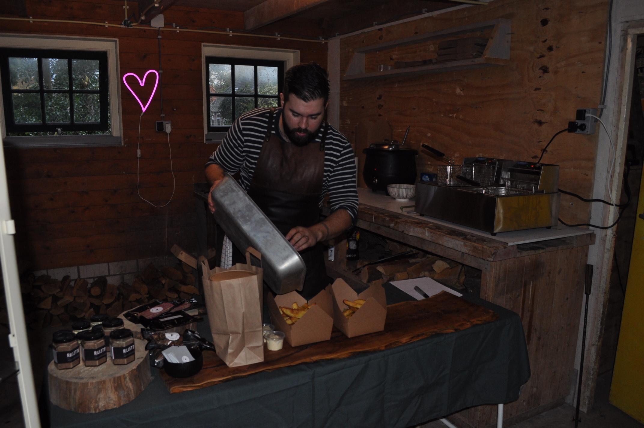 15 frietjes afstand houden bij take away van chefkok Julian Tailleur in Twisk