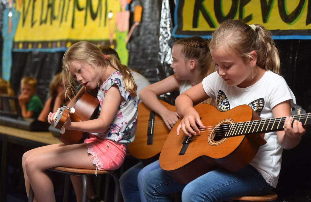 'Wegbezuinigd' muziekonderwijs Opmeer zet landelijk de toon. Criticaster nu wethouder die prijs uitreikt