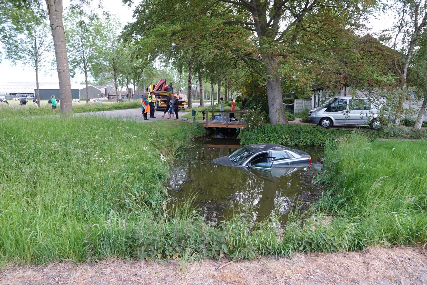 Automobilist ramt geparkeerde auto in Zwaagdijk-Oost, beide voertuigen belanden in het water