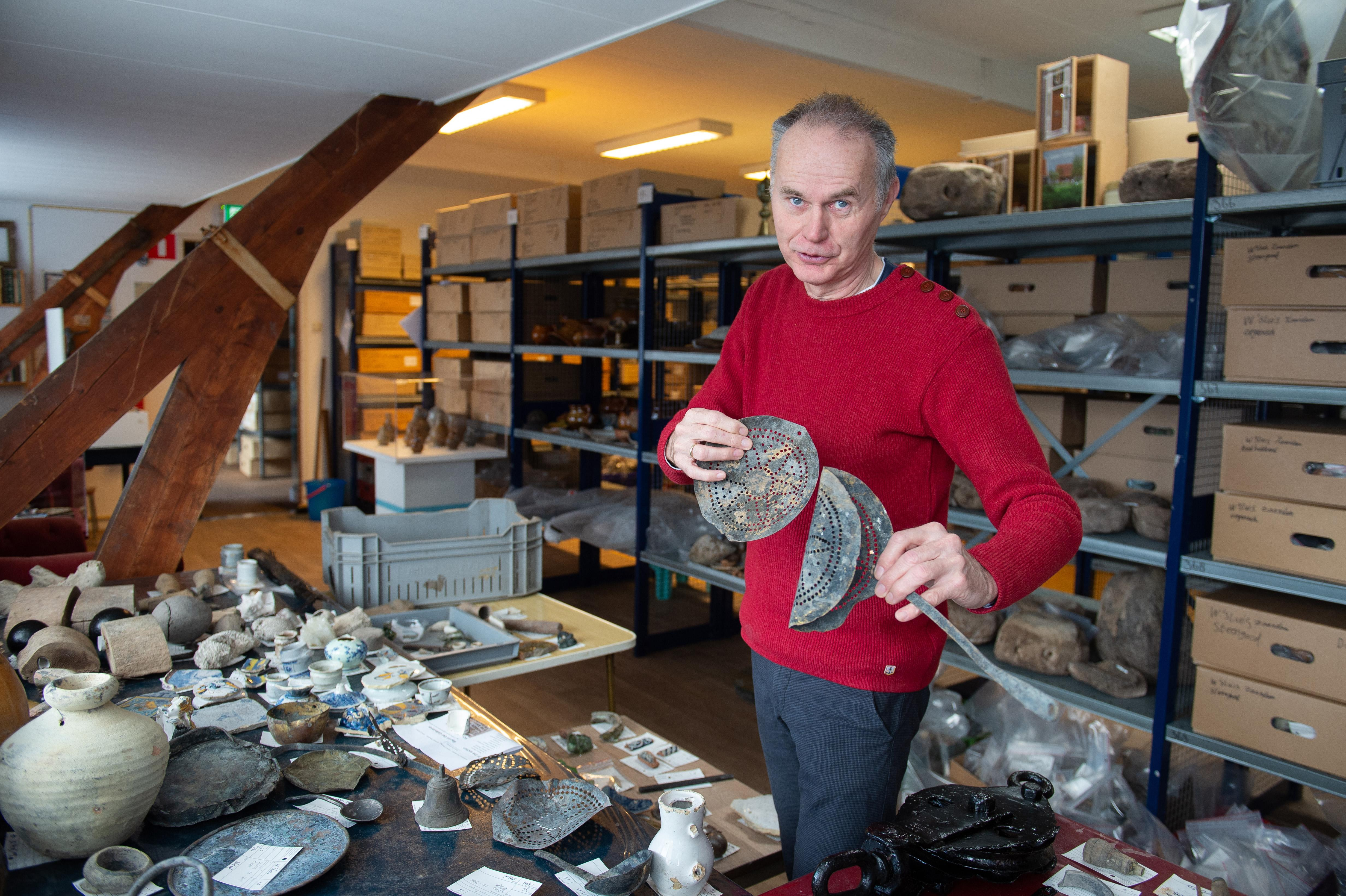 Bij archeologisch onderzoek in de Zaanse Wilhelminasluis kwamen honderduizenden vondsten naar boven: 'Nu is het tijd om alles met de hand te gaan selecteren'