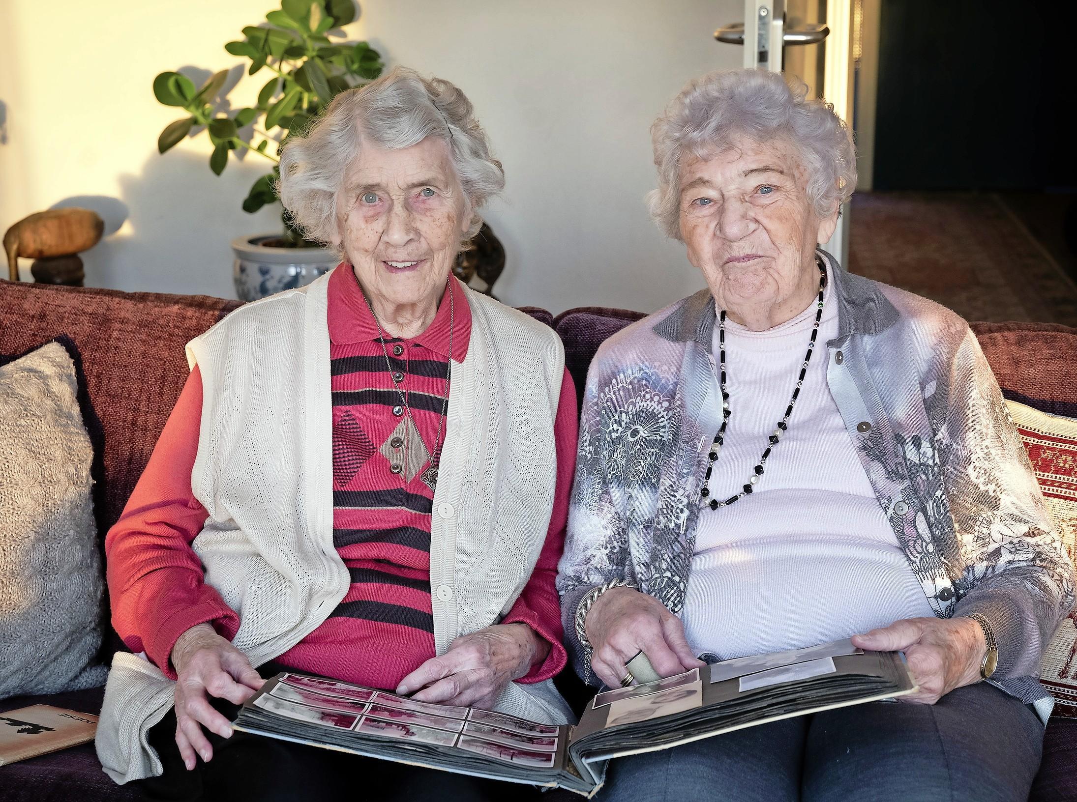 Wonderlijk weerzien klasgenoten in oorlogstijd: Fransje en Bep vinden elkaar terug in Velserbroeks wooncomplex, tachtig jaar na Duits bombardement