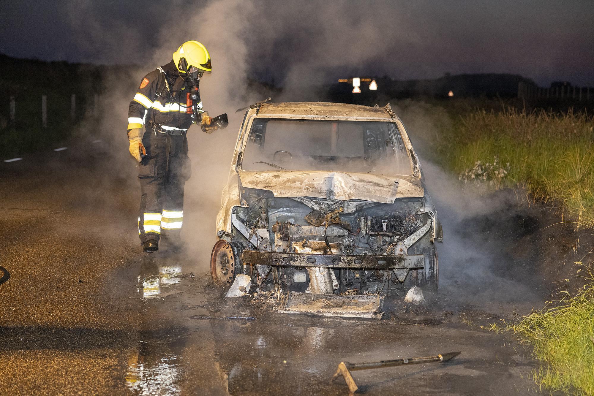Vlammen laten niets heel van geparkeerde auto in Velsen-Noord