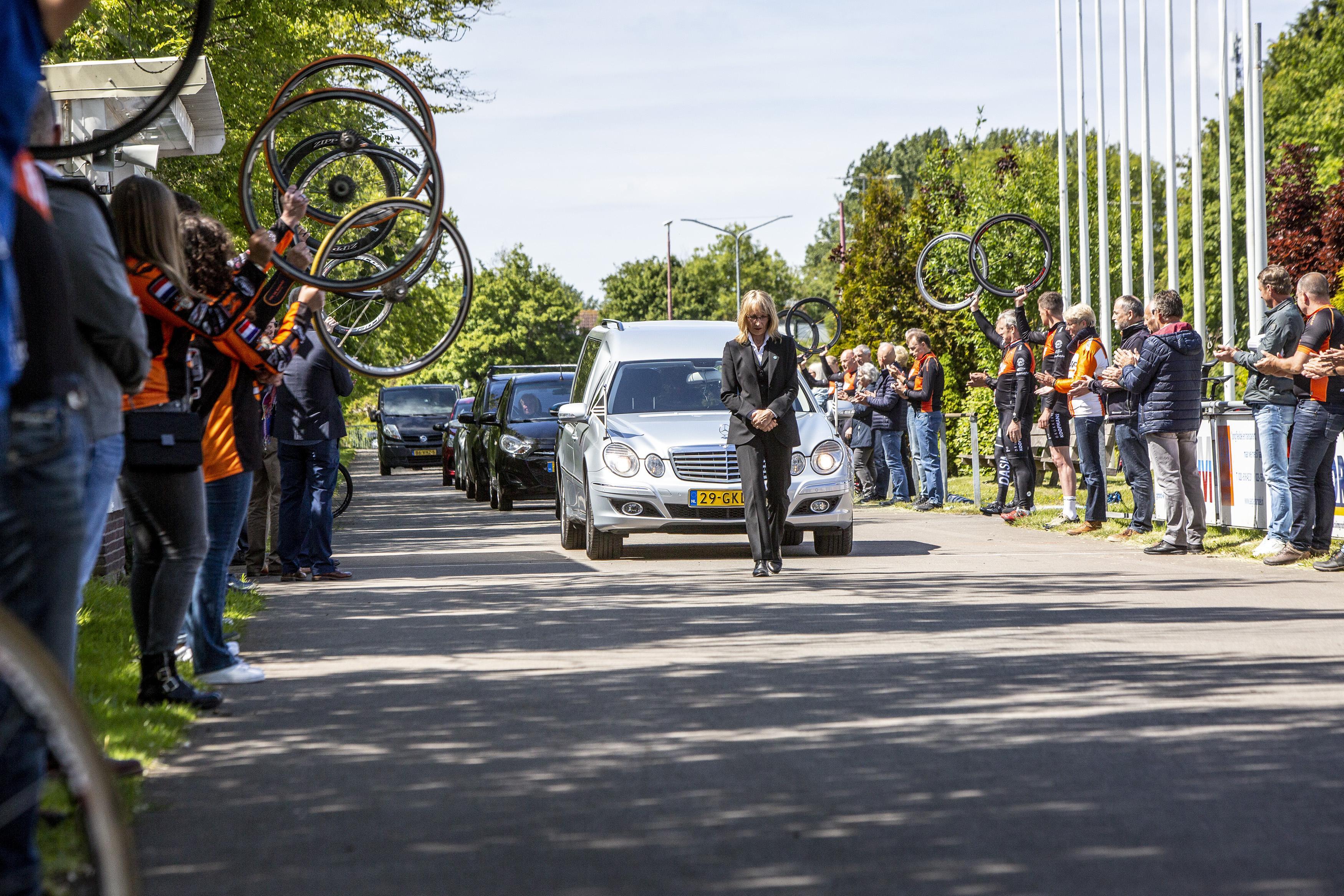 Erehaag voor supervrijwilliger Paul Wezenbeek van wielerclub De Bataaf uit Zwanenburg