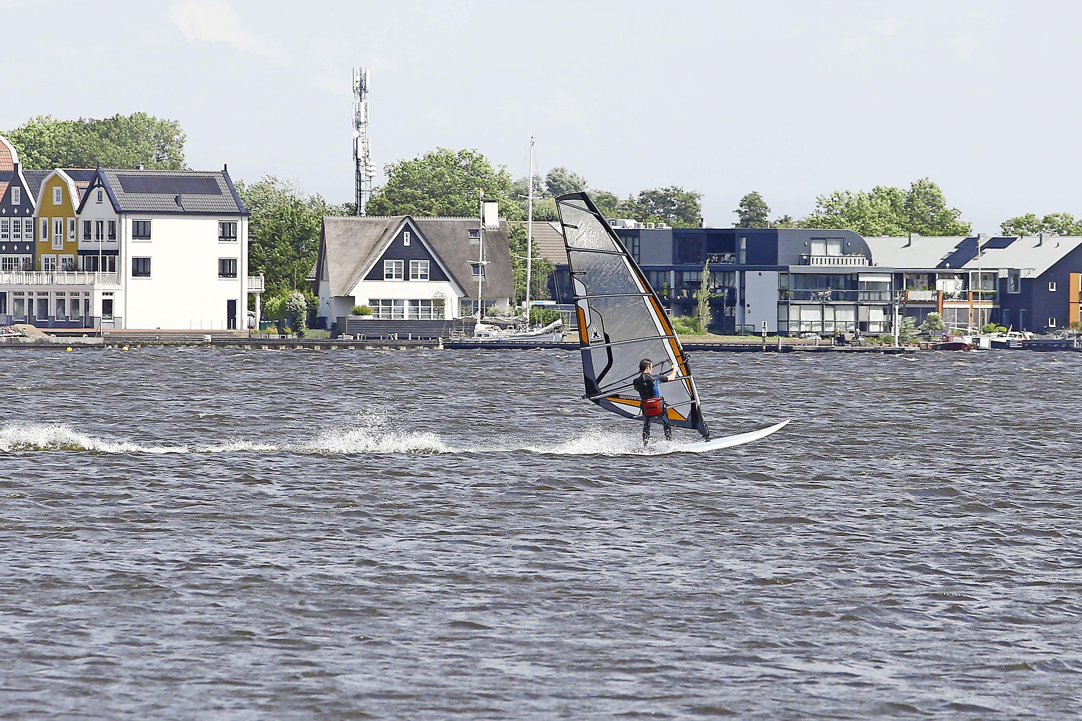 'Vandaag één sloep verhuurd'; Wisselvallig weer zorgt voor dipje in zomerse recreatie, maar watersportondernemers wanhopen niet