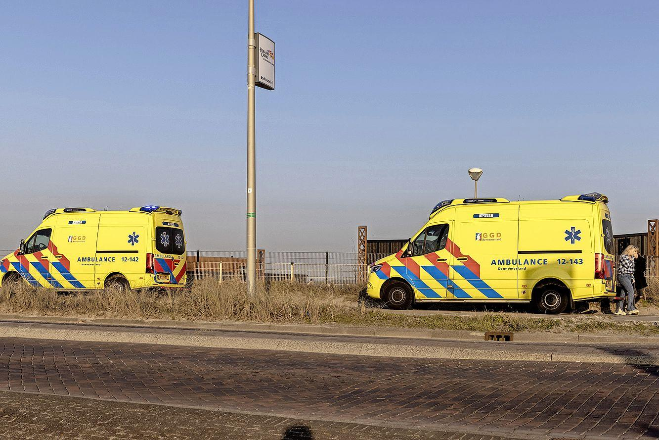 Scooterrijder komt tegen openslaande autoportier terecht bij boulevard in Zandvoort