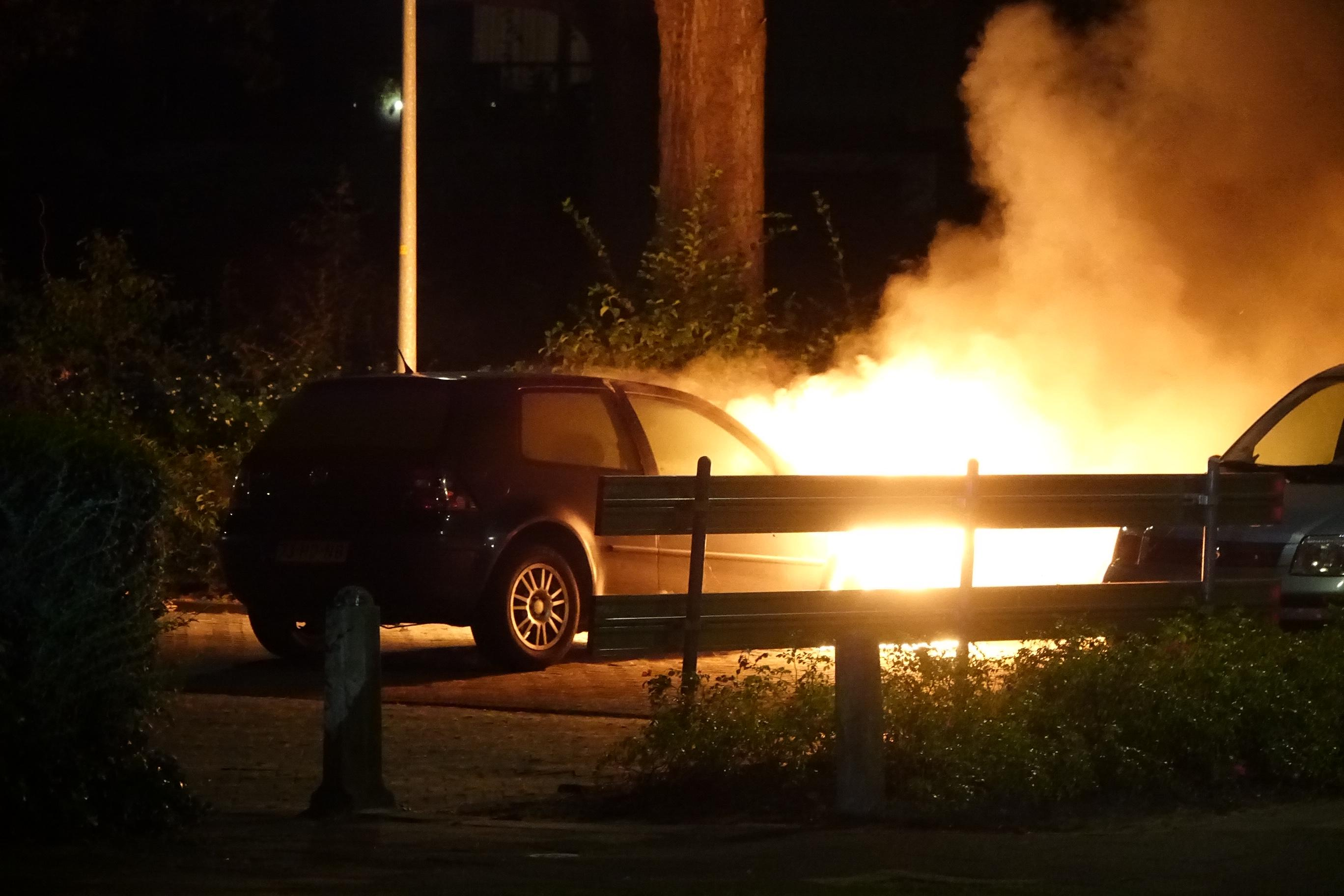 Auto verwoest door brand in Enkhuizen