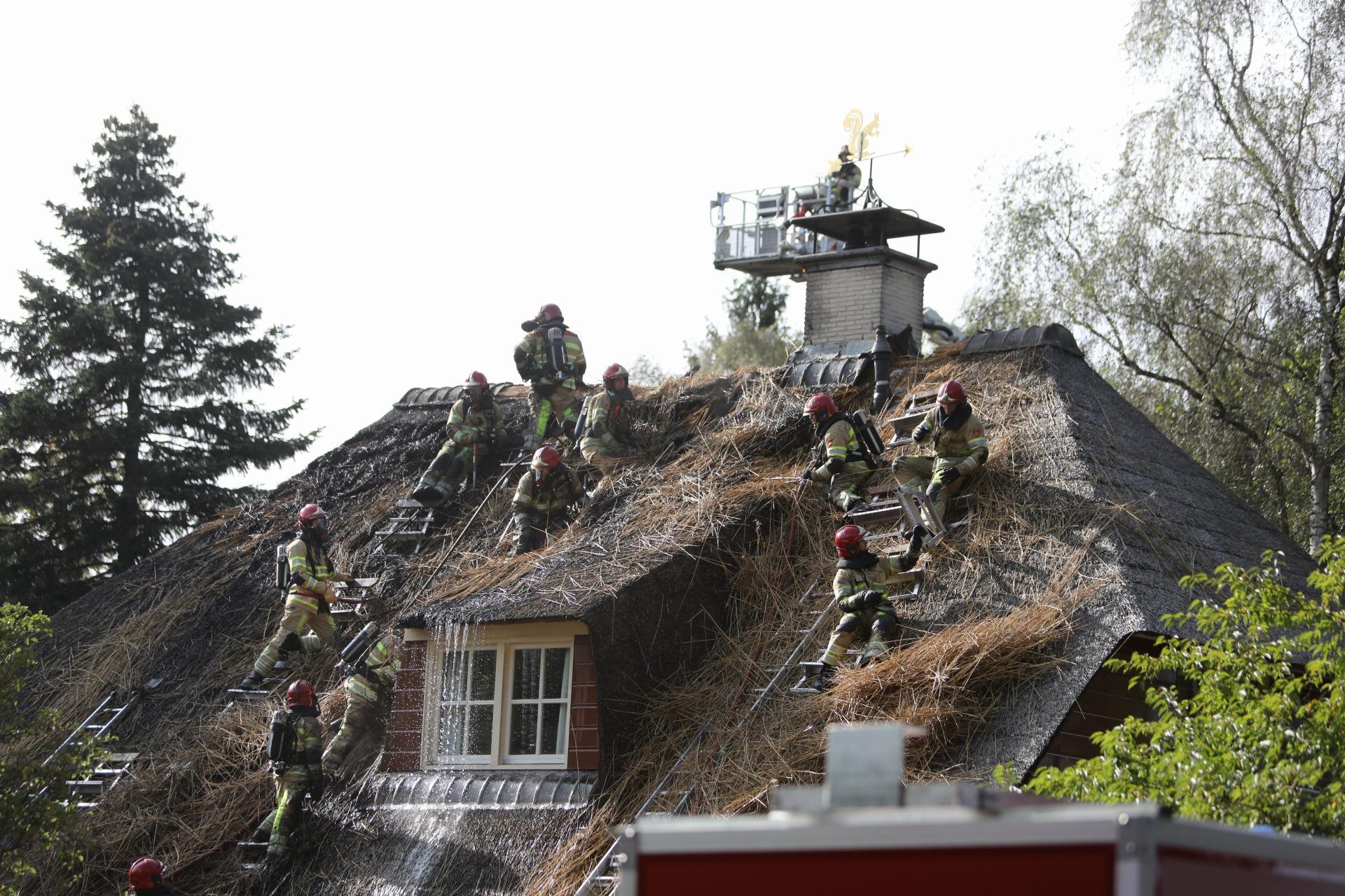 Rieten kap van villa vat vlam in Blaricum
