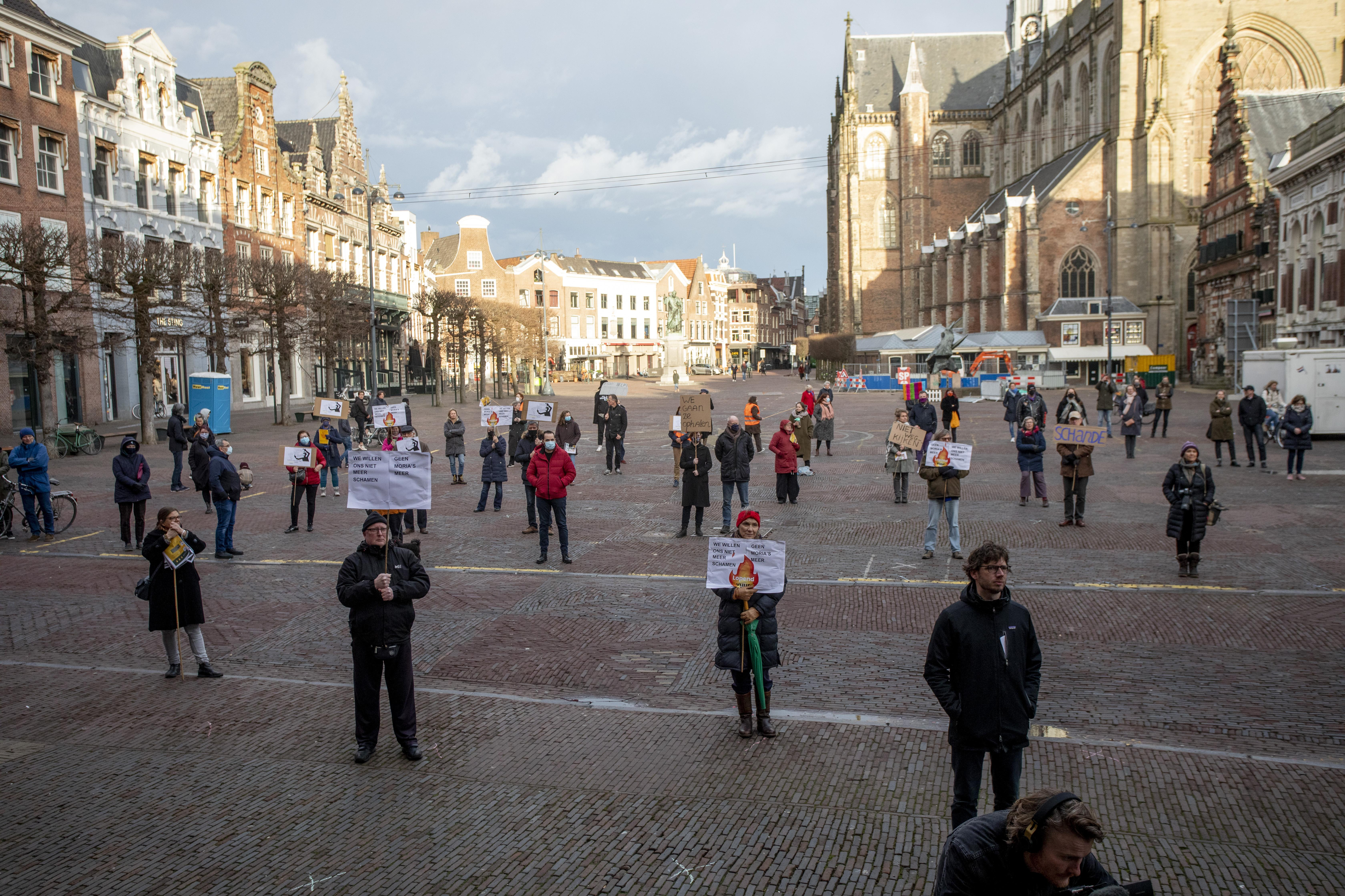 Demonstratie voor humaner vluchtelingenbeleid op Grote Markt in Haarlem. 'Ik hoop dat andere vluchtelingen net als ik een veilig thuis kunnen vinden'