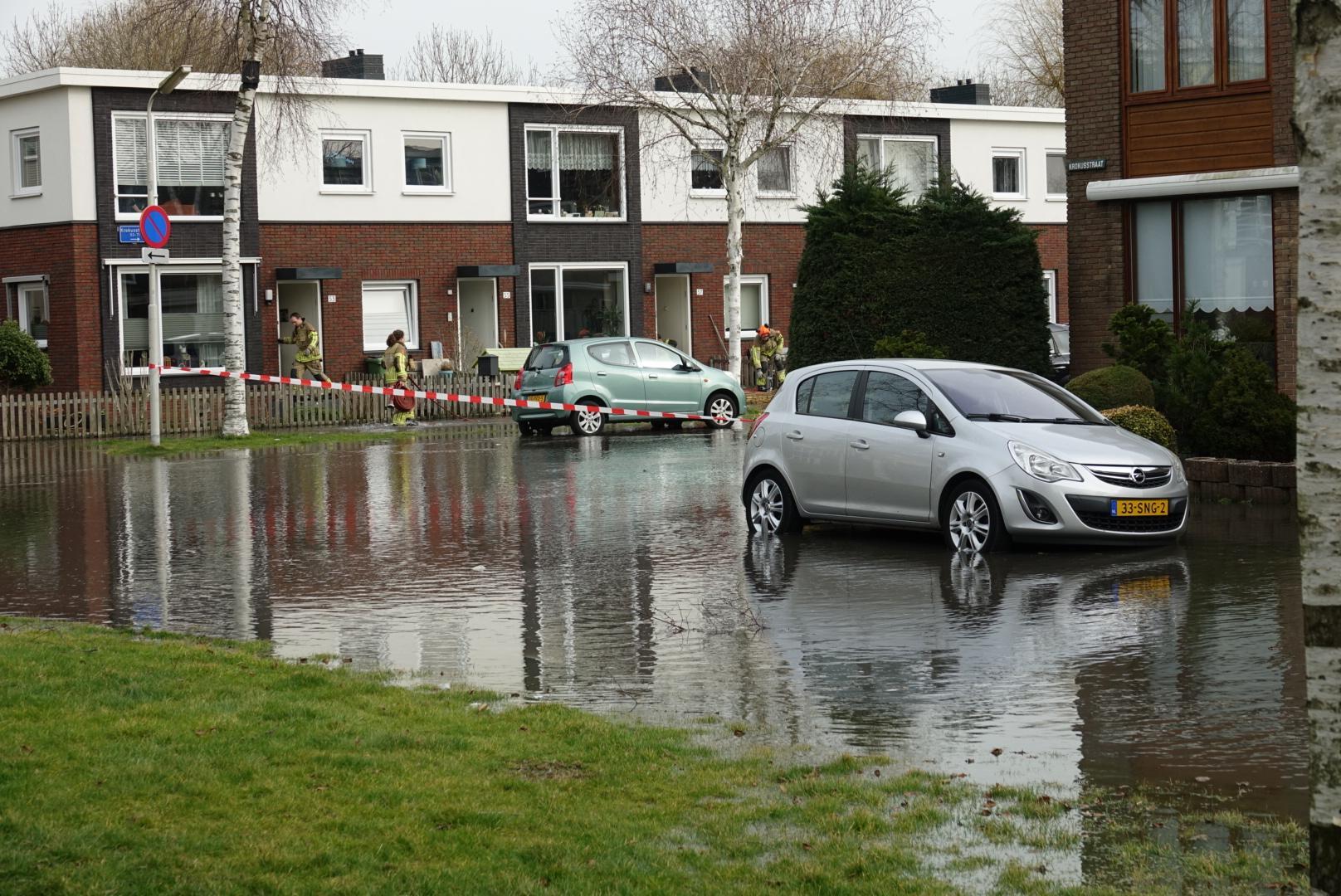 Straten onder water in Wormerveer door gesprongen waterleiding, vader en twee kinderen fietsen in sinkhole [video]