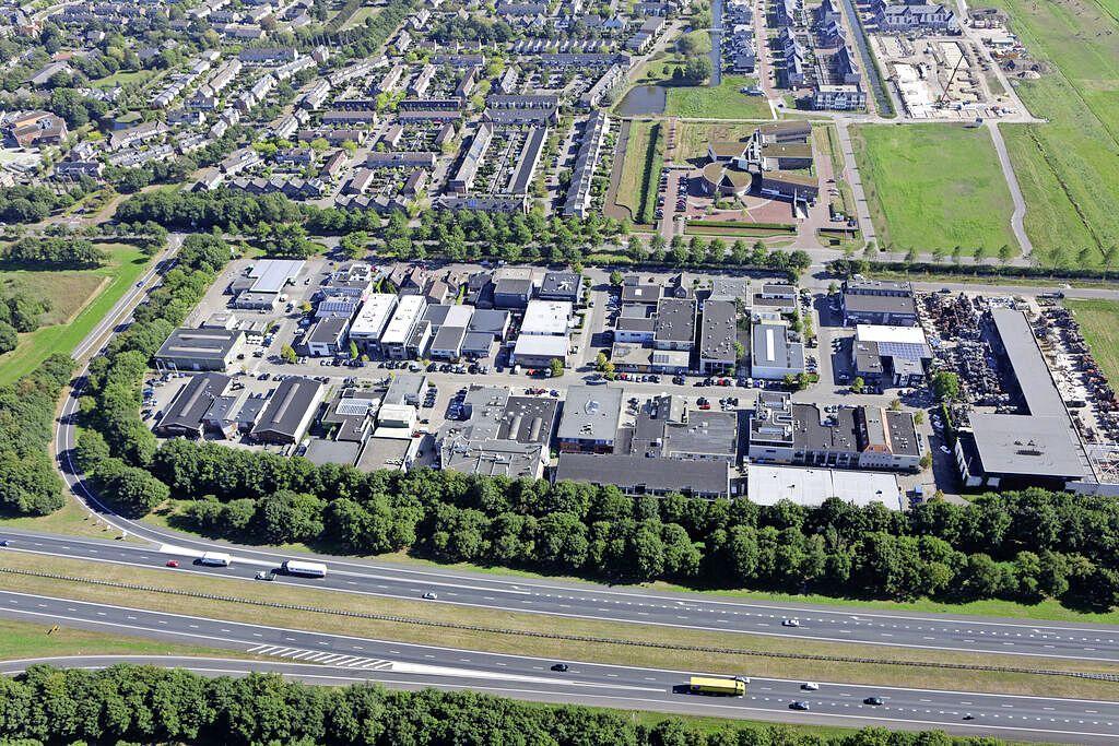 Meer parkeerruimte op bedrijventerrein Eemnes; Vrachtwagens gaan naar strook grond naast Kastanjelaan 1