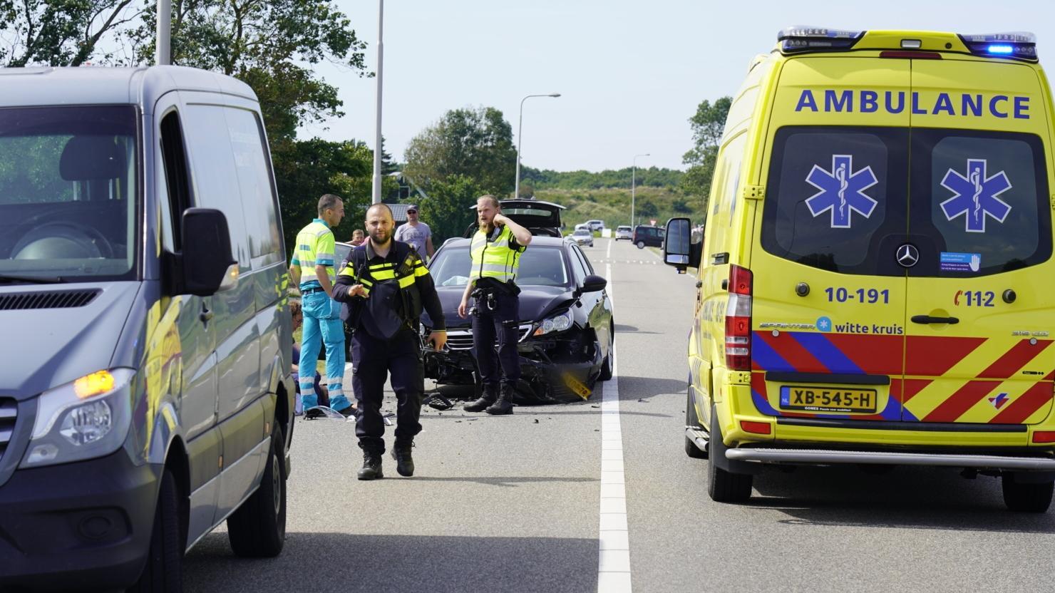 Auto klapt achterop bedrijfsbus in Schagerbrug; bestuurder gewond