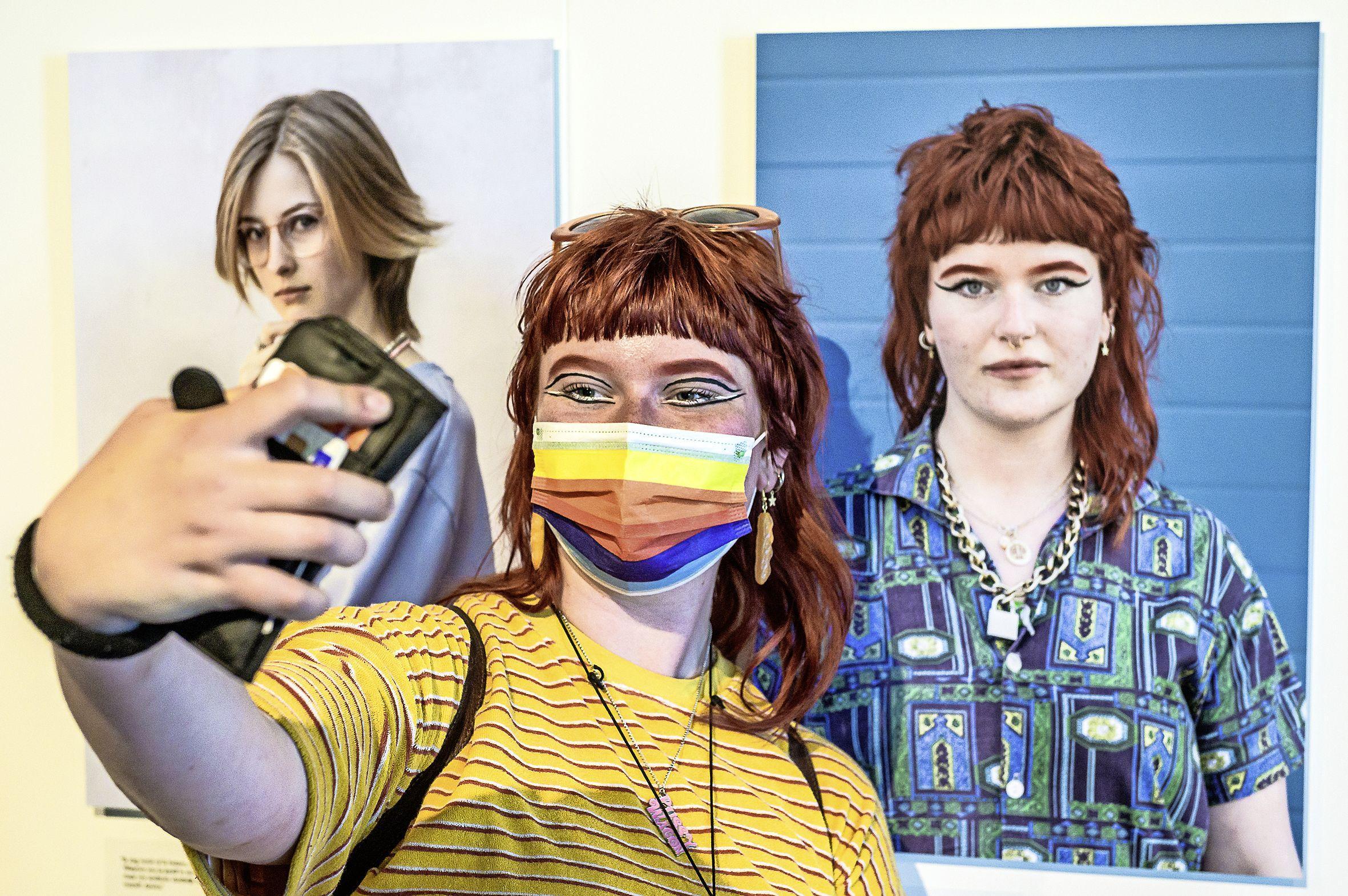 Bi, ho, les of hetero: deze Zaanse jongeren hebben hun eigen identiteit en laten die zien in het Zaans Museum