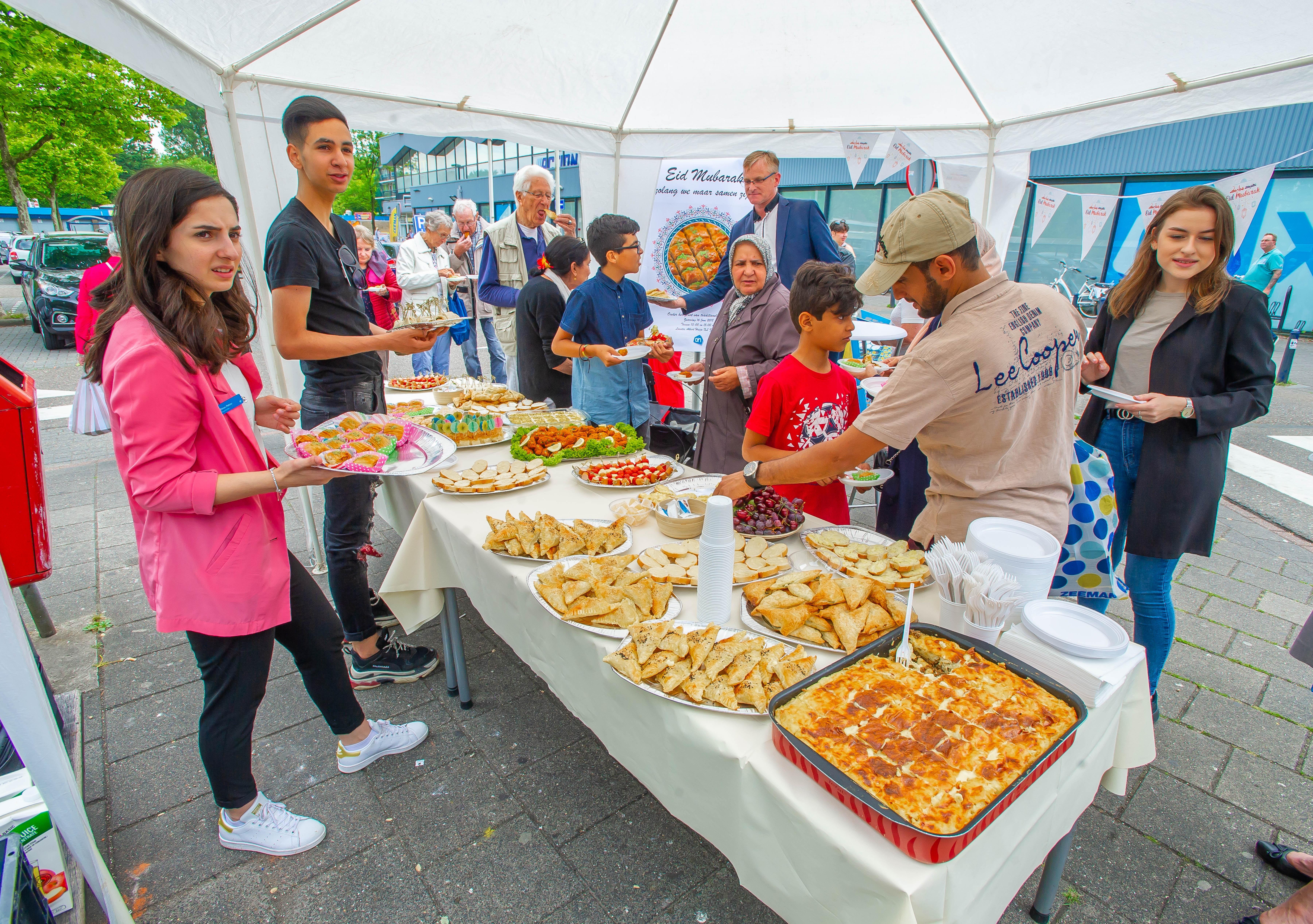 Suikerfeest in Zaandam: snoepen bij de supermarkt