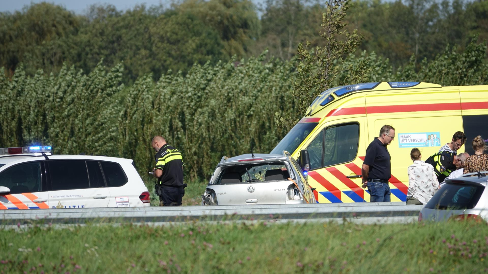 Auto slaat over de kop op de N307 in Zwaag, bestuurder gewond en flinke file