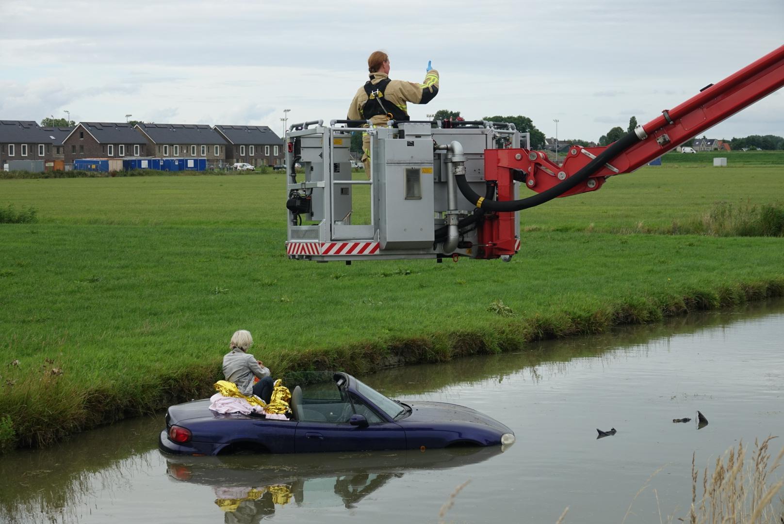 Auto te water langs A7 bij Wijdewormer; bestuurster door brandweer uit benarde positie gehaald