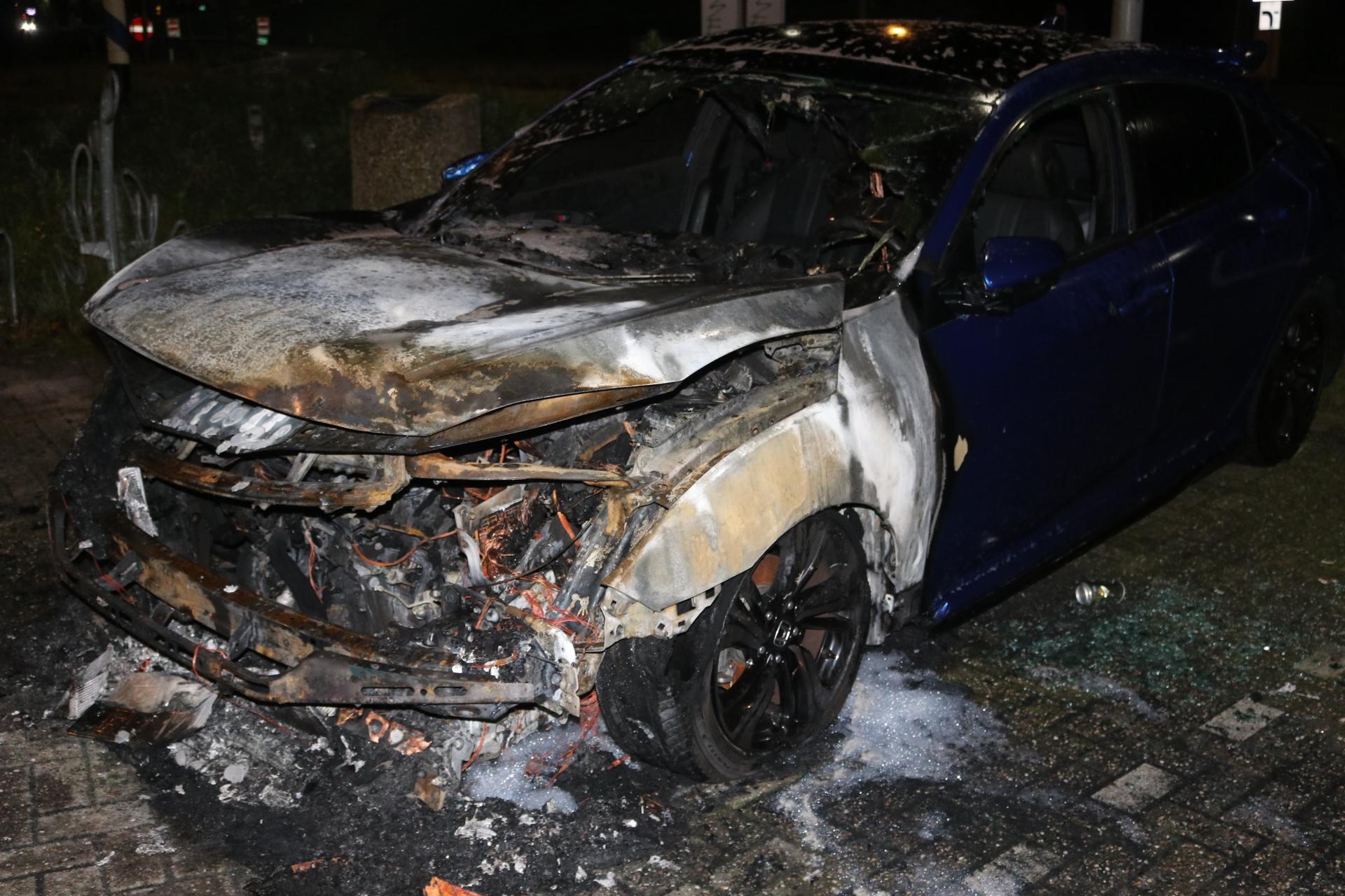 Auto vat vlam langs de A44 bij Abbenes