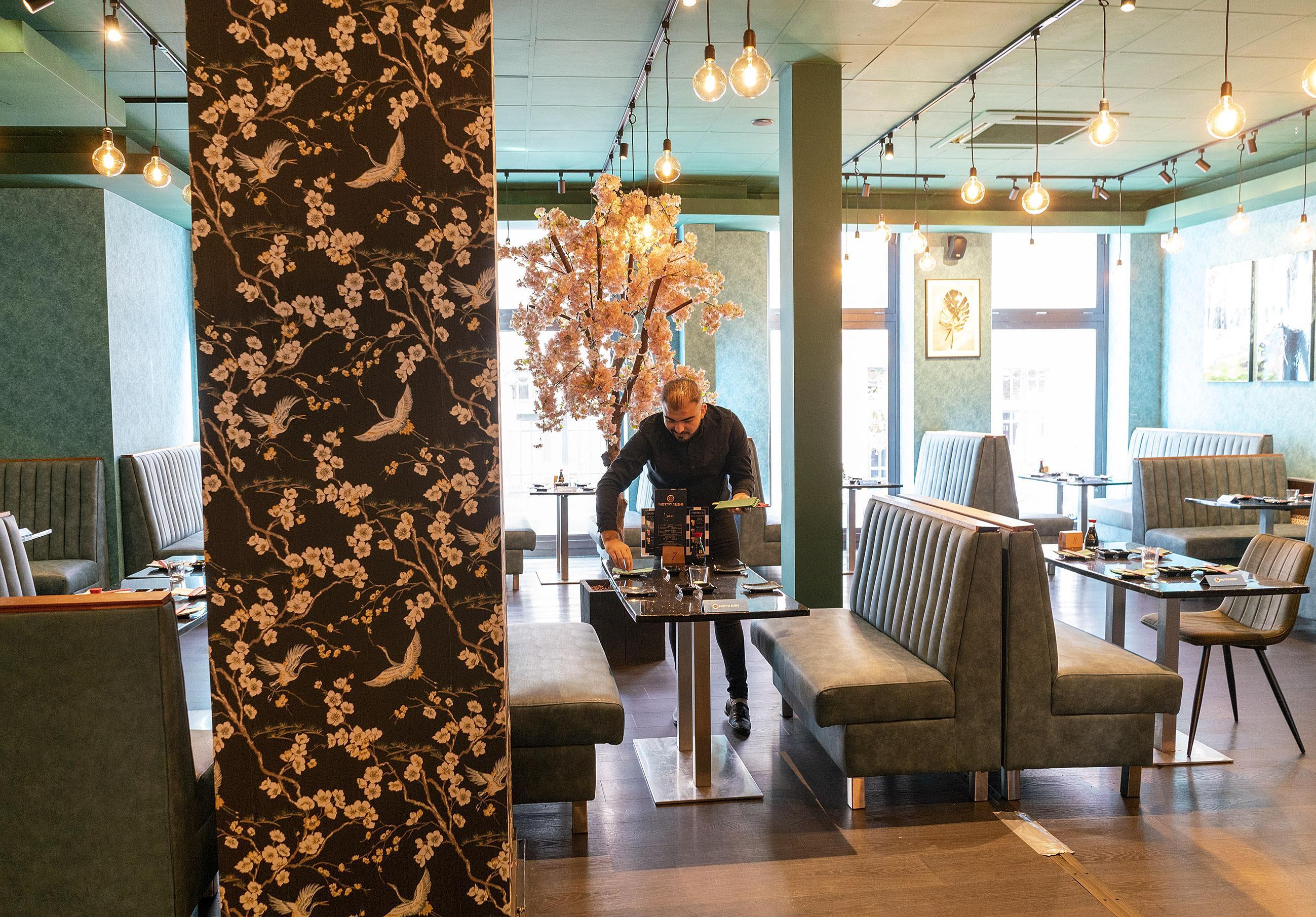 Drie korte nachten van drie uur slaap voor het personeel, maar nu is restaurant Motto Sushi in Alkmaar klaar voor lange avonden tafelen. 'We hebben alles zelf gedaan'