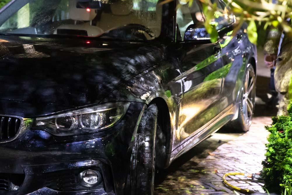 Buurtbewoner blust autobrand in Baarn met tuinslang, politie vindt aanmaakblokjes