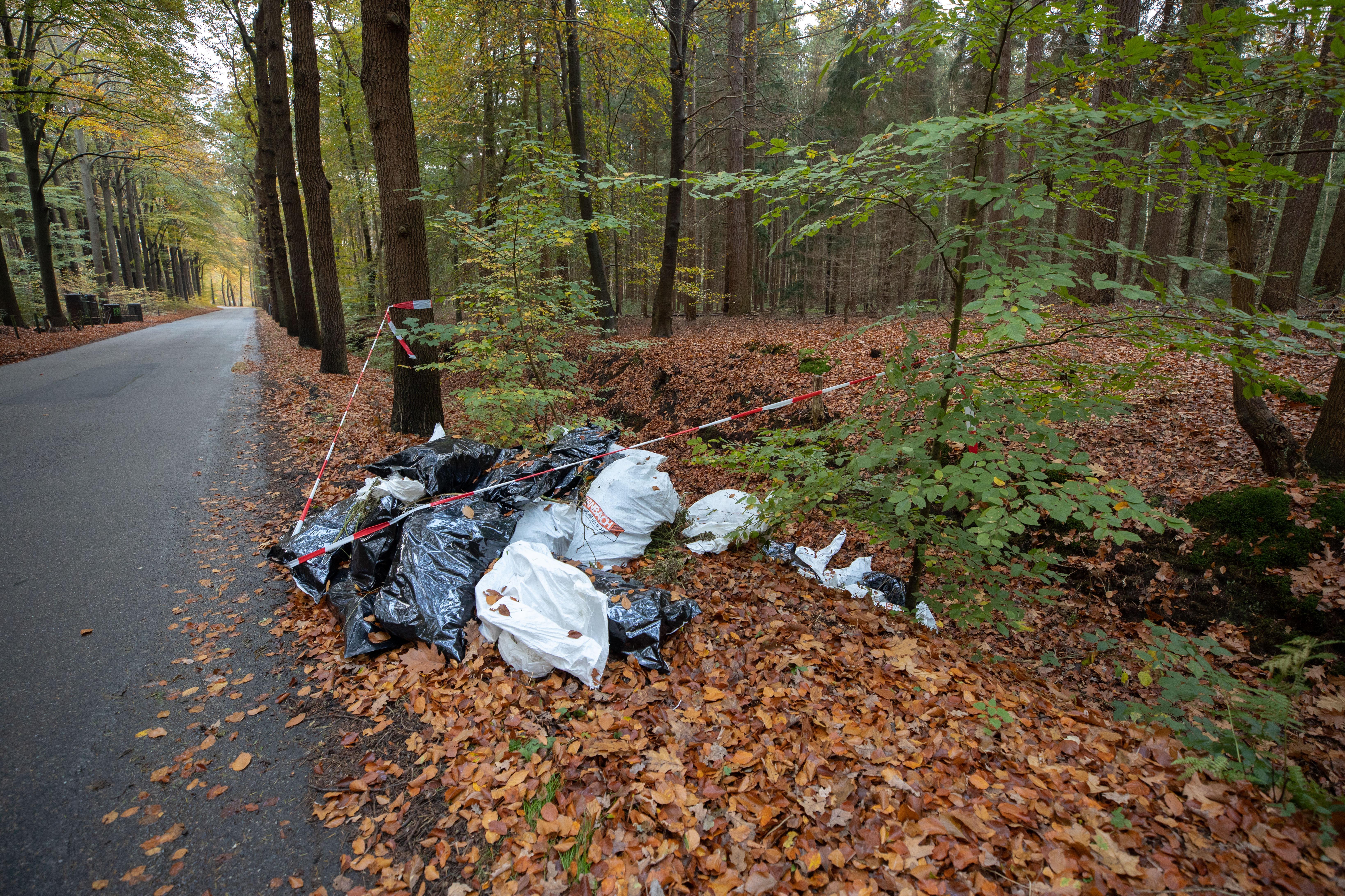 Circa dertig zakken wietafval gedumpt in natuur Lage Vuursche